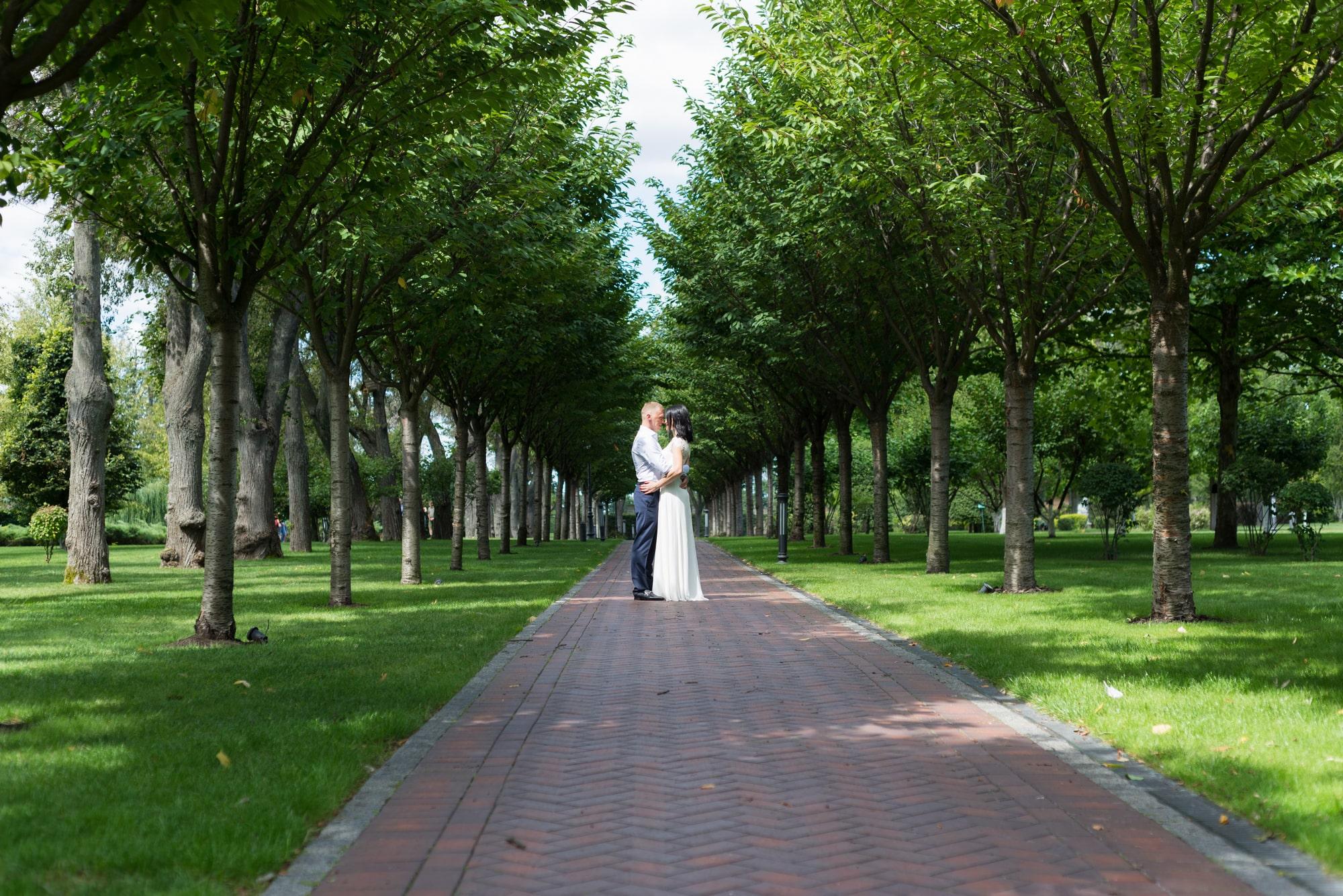 Свадебная фотосъемка в августе - пара вдалеке