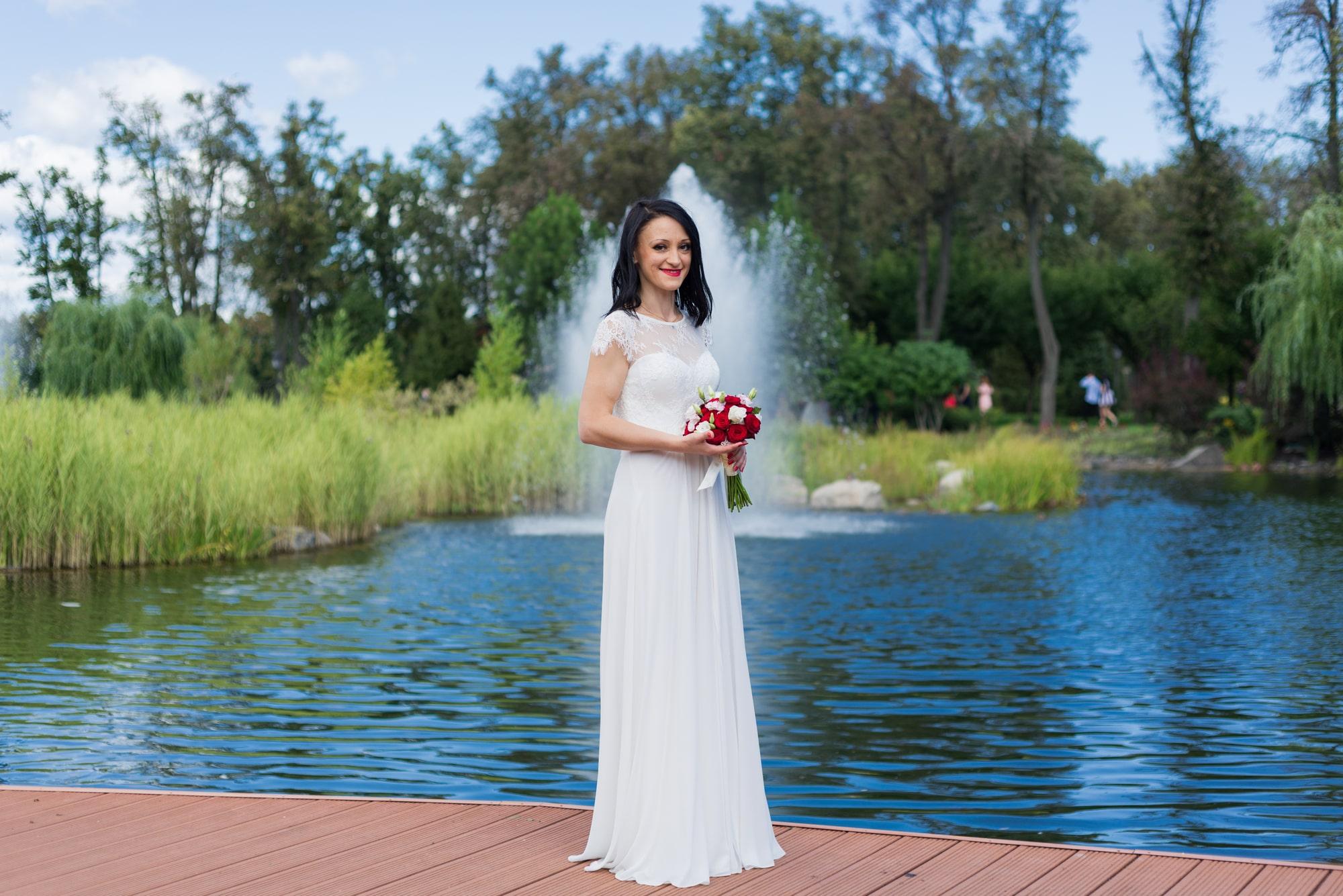Свадебная фотосъемка в августе - невеста возле фонтана