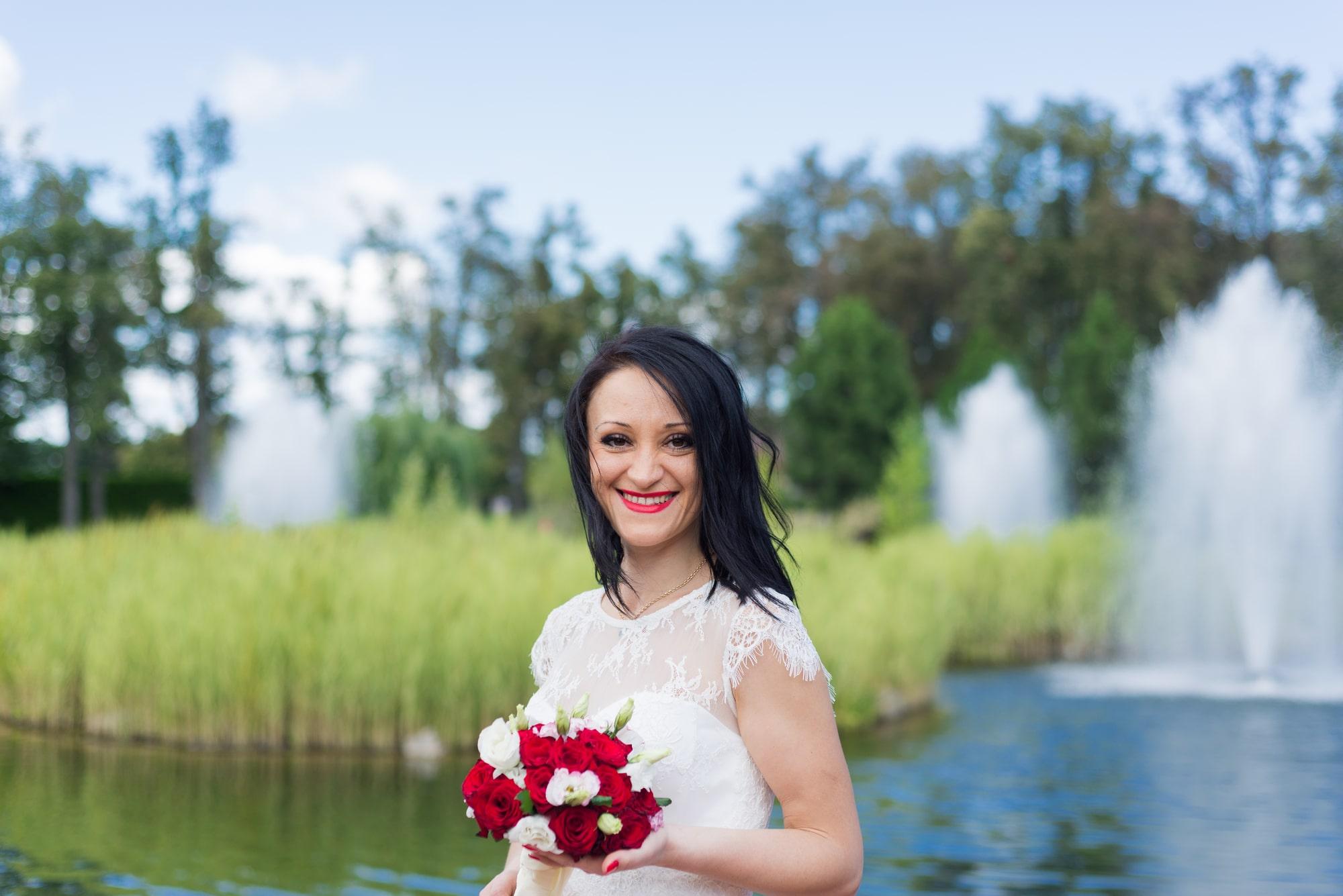 Свадебная фотосъемка в августе - невеста улыбается