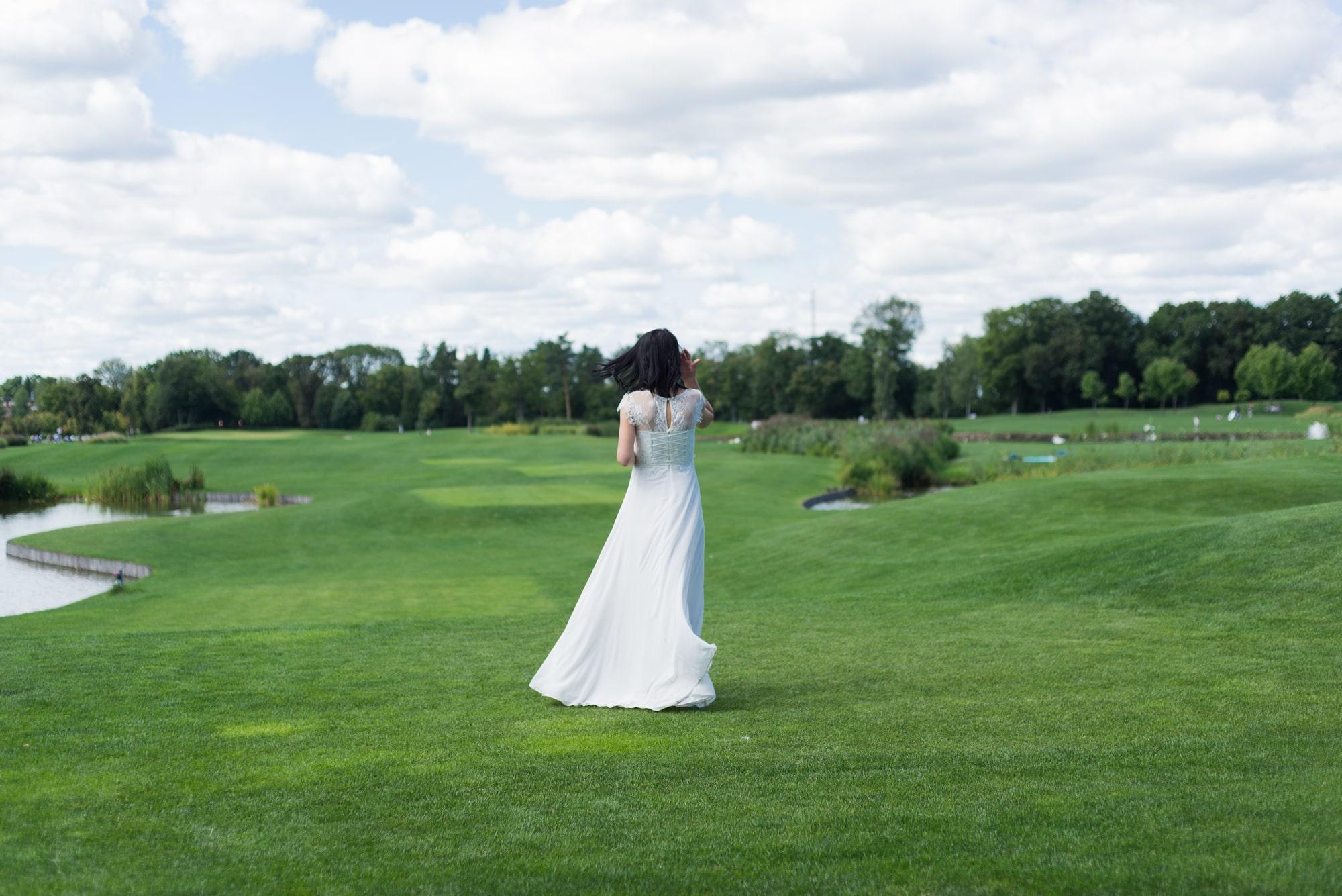 Свадебная фотосъемка в августе - невеста гольф-поле