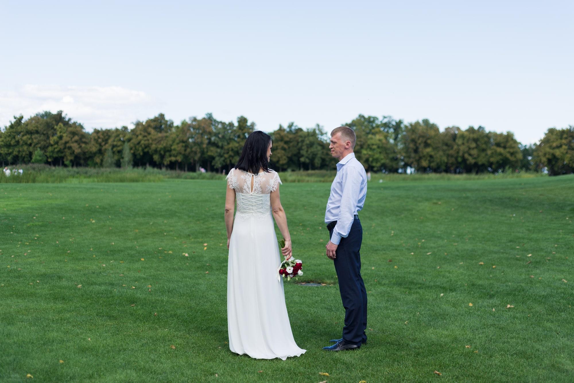 Свадебная фотосъемка в августе - поле для гольфа