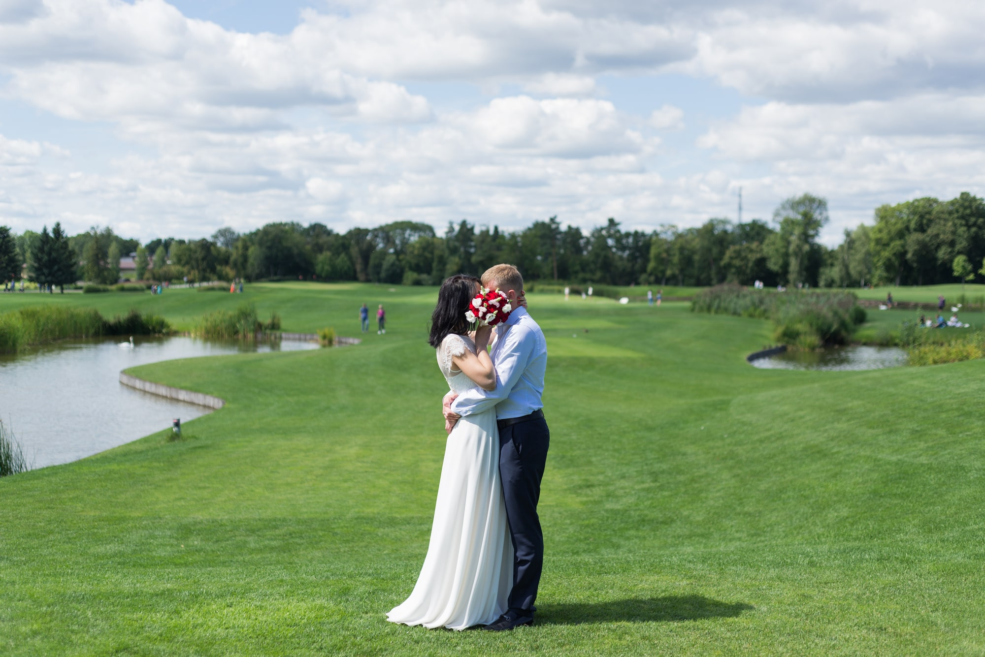 Свадебная фотосъемка в августе - объятия молодоженов