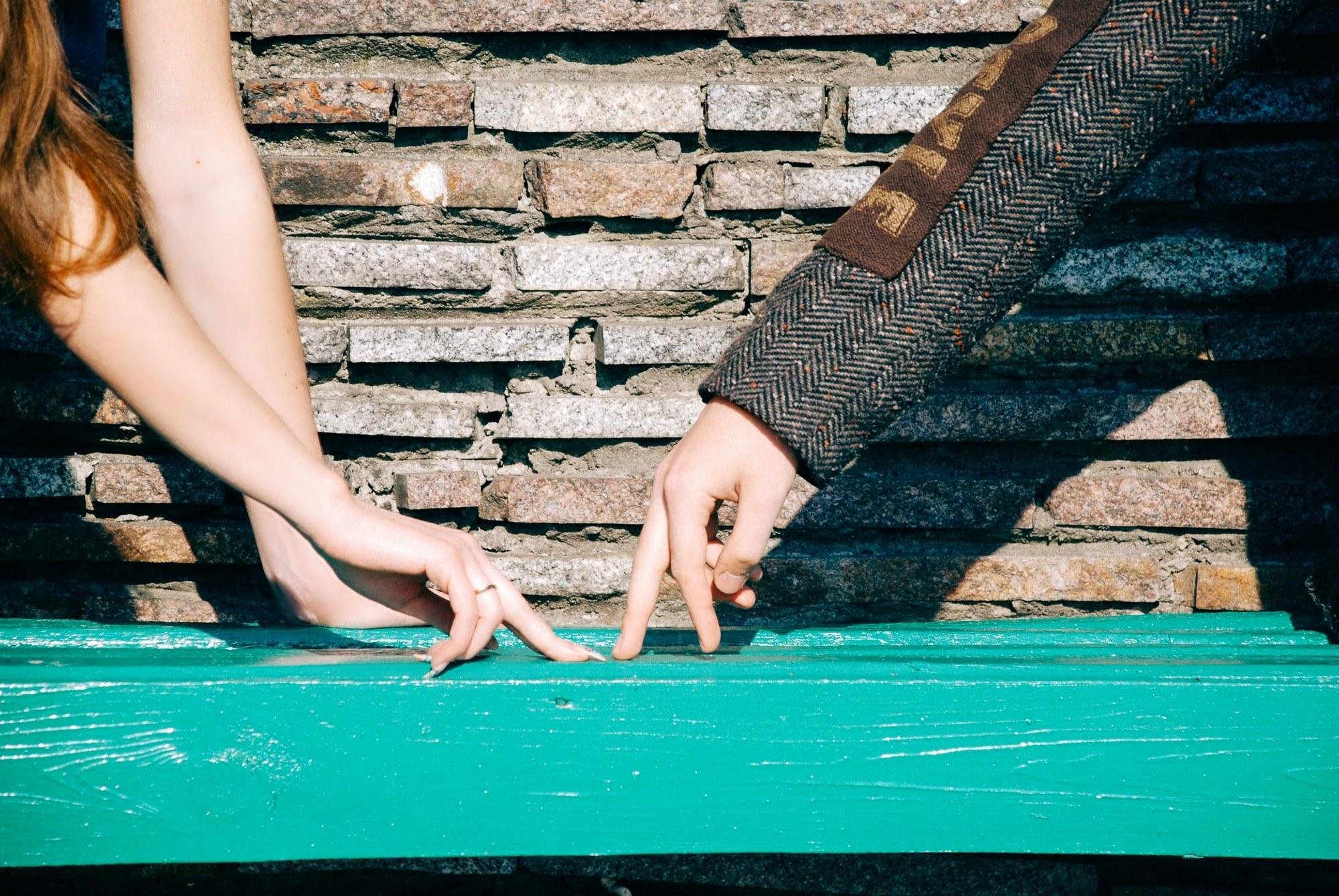 Пальчики на скамейке - Фотограф Киев - Женя Лайт