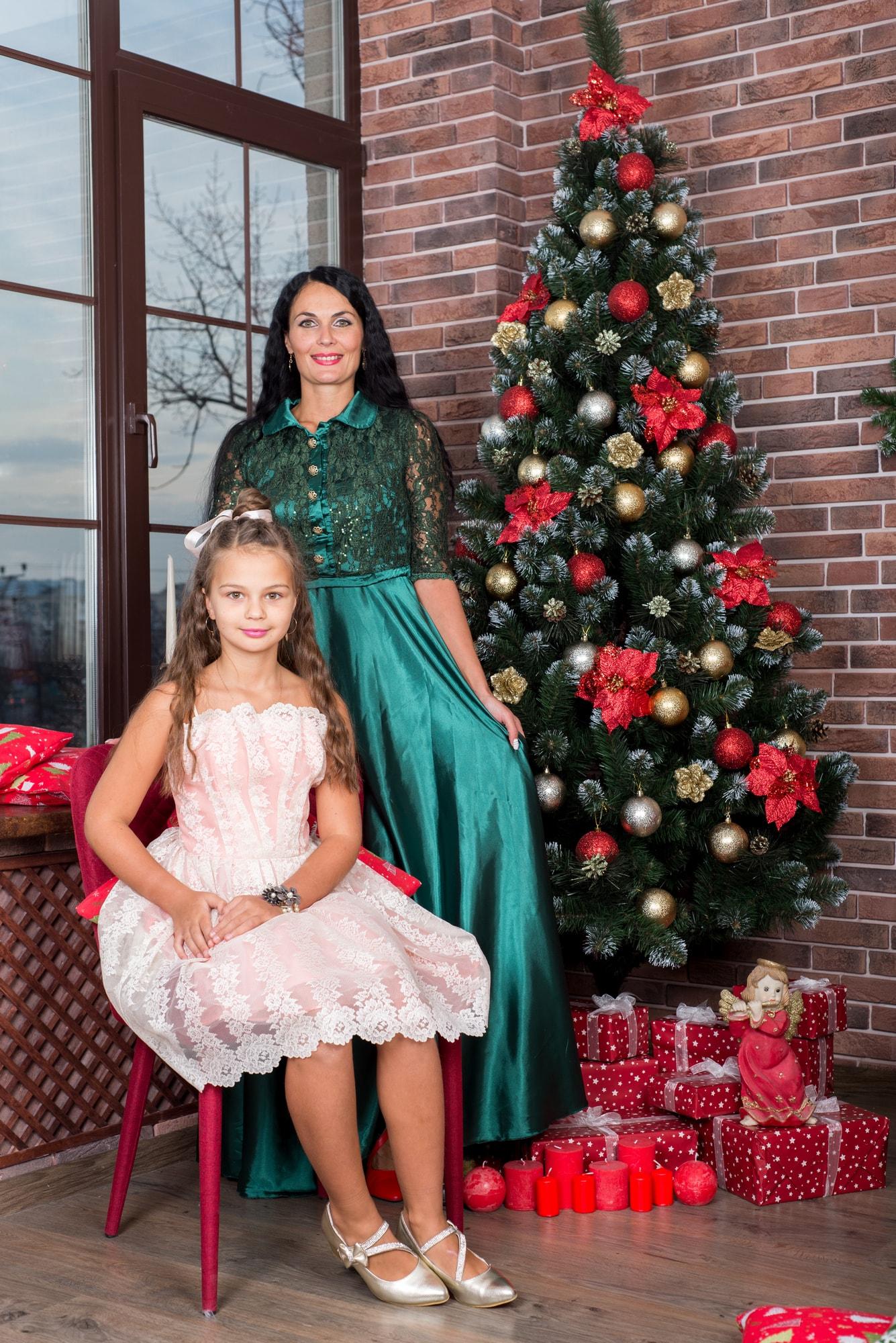 Студийная фотосессия мамы с дочками в студии Amore