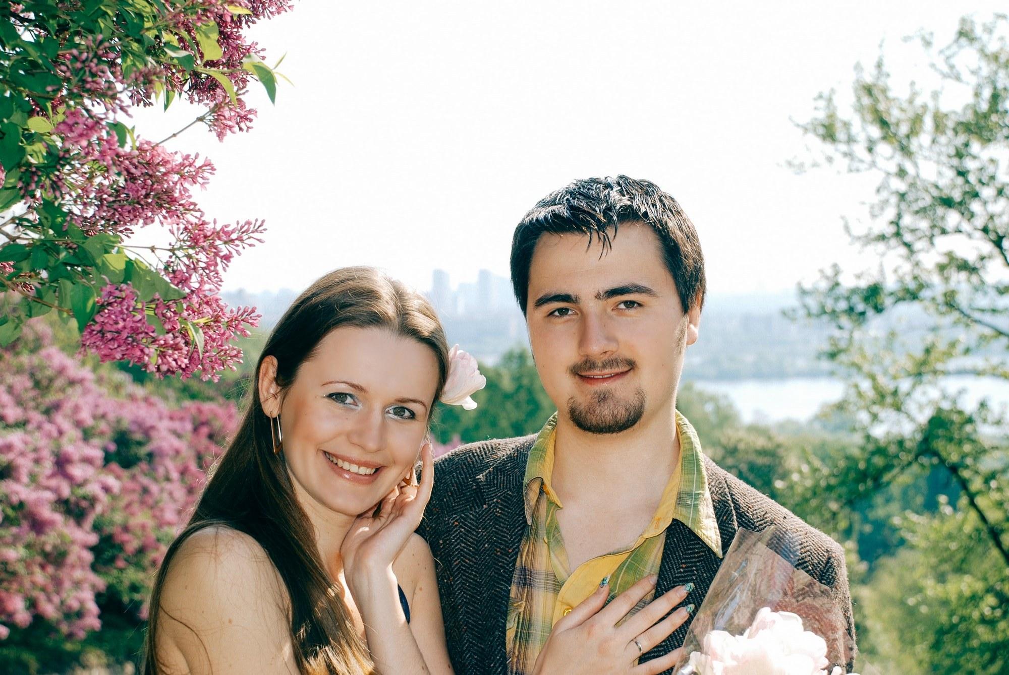 Влюбленная пара возле сирени - Фотограф Киев - Женя Лайт