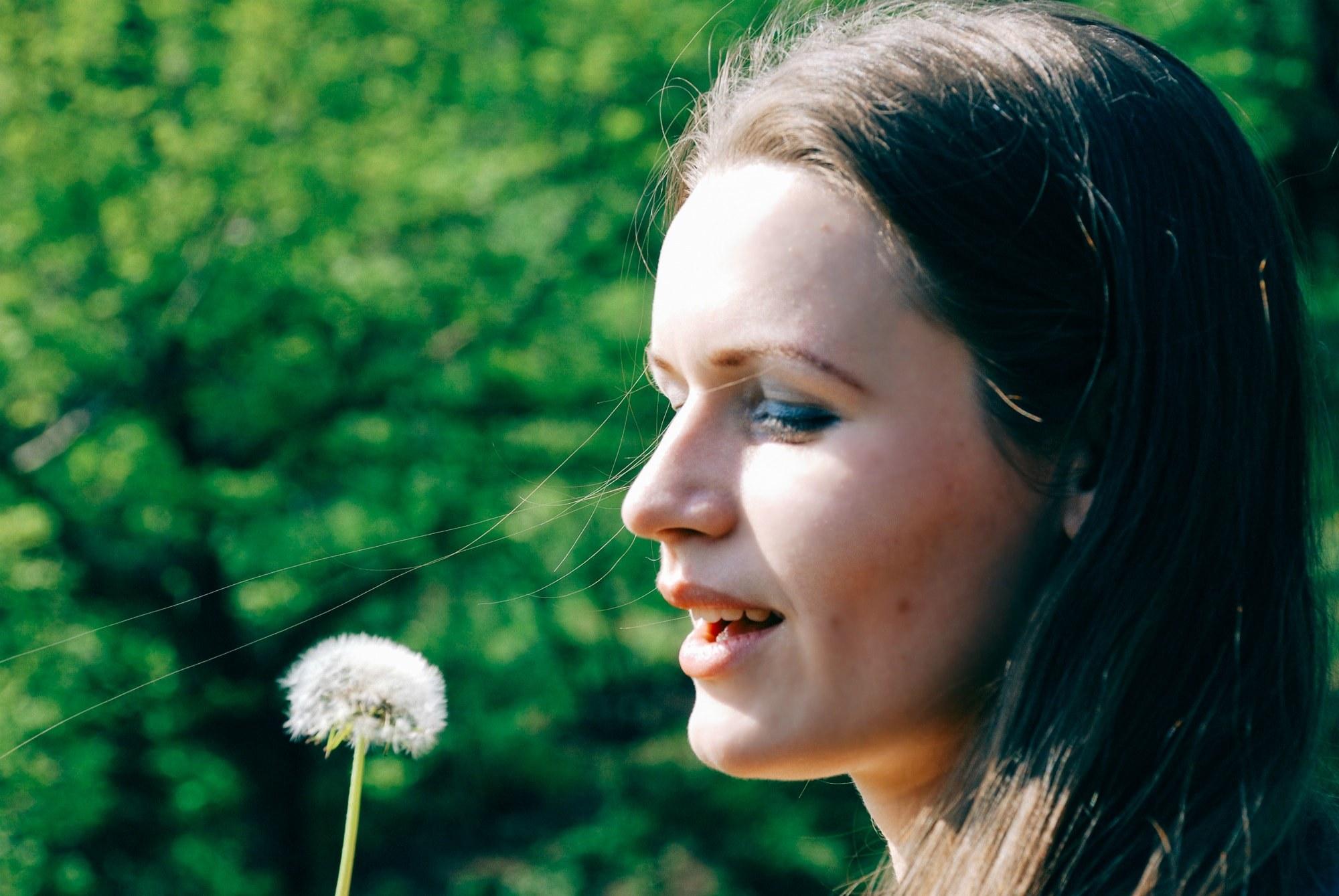 Девушка и одуванчик - Фотограф Киев - Женя Лайт
