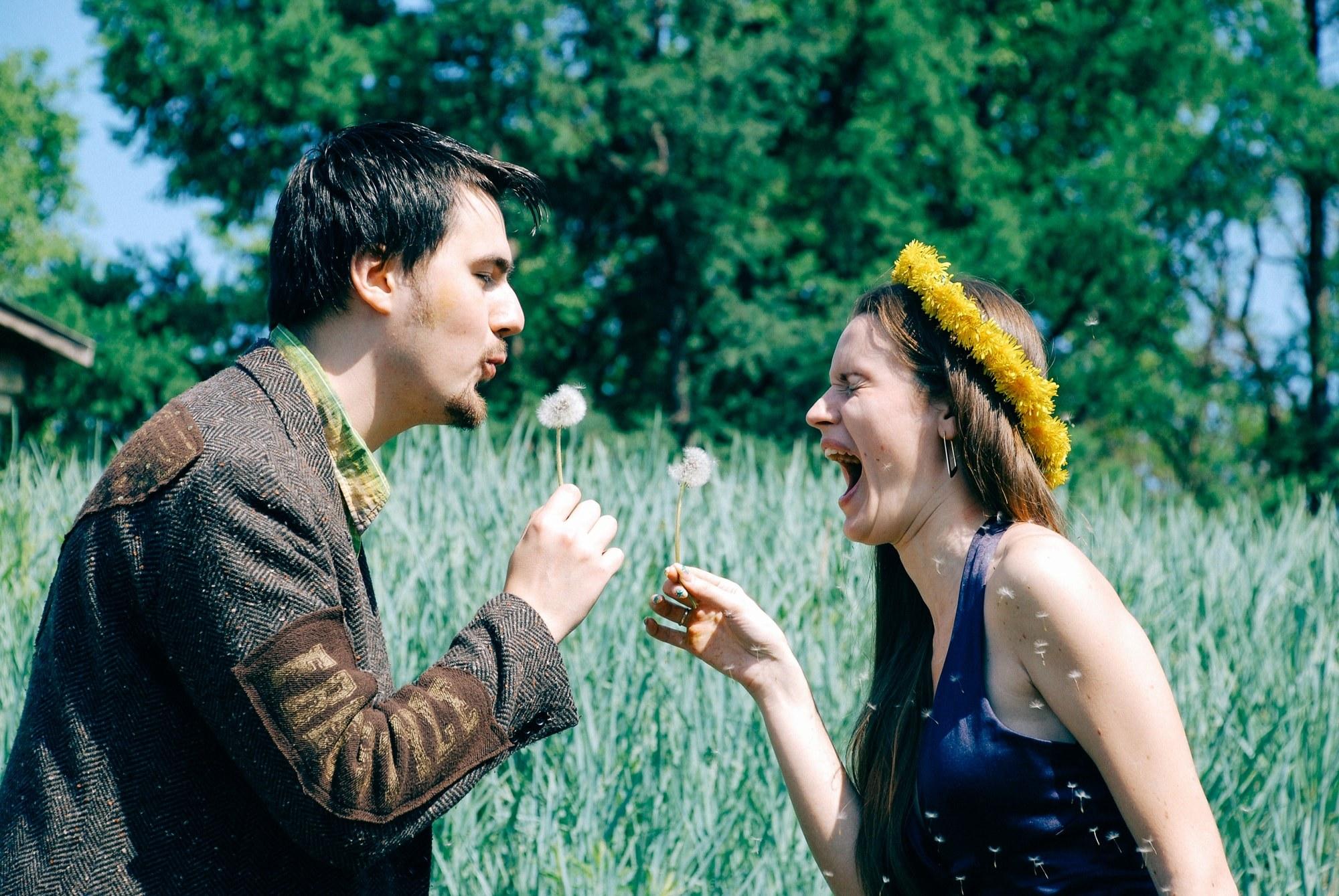 Пара дуют одуванчики - Фотограф Киев - Женя Лайт
