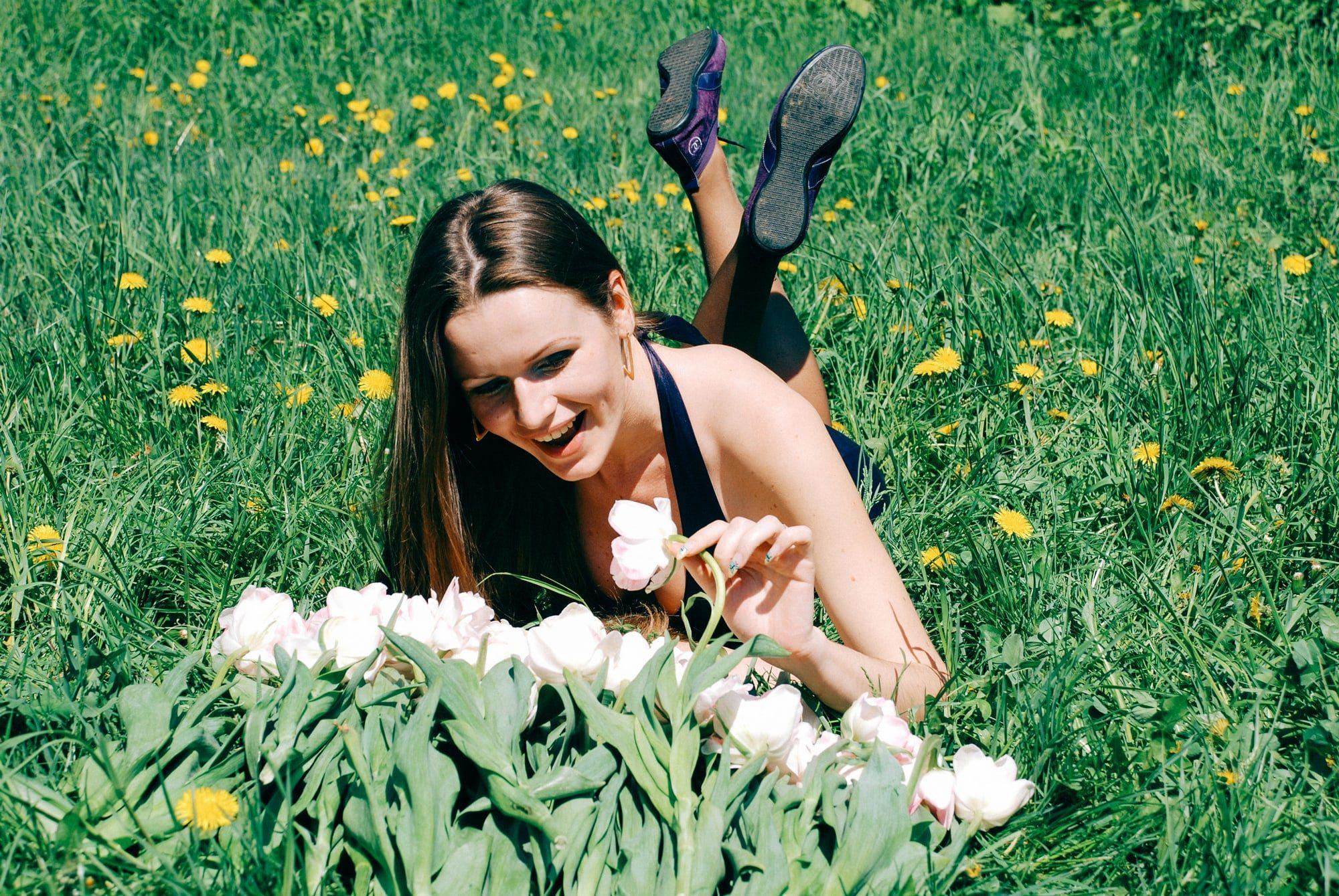 Девушка с букетом на траве - Фотограф Киев - Женя Лайт