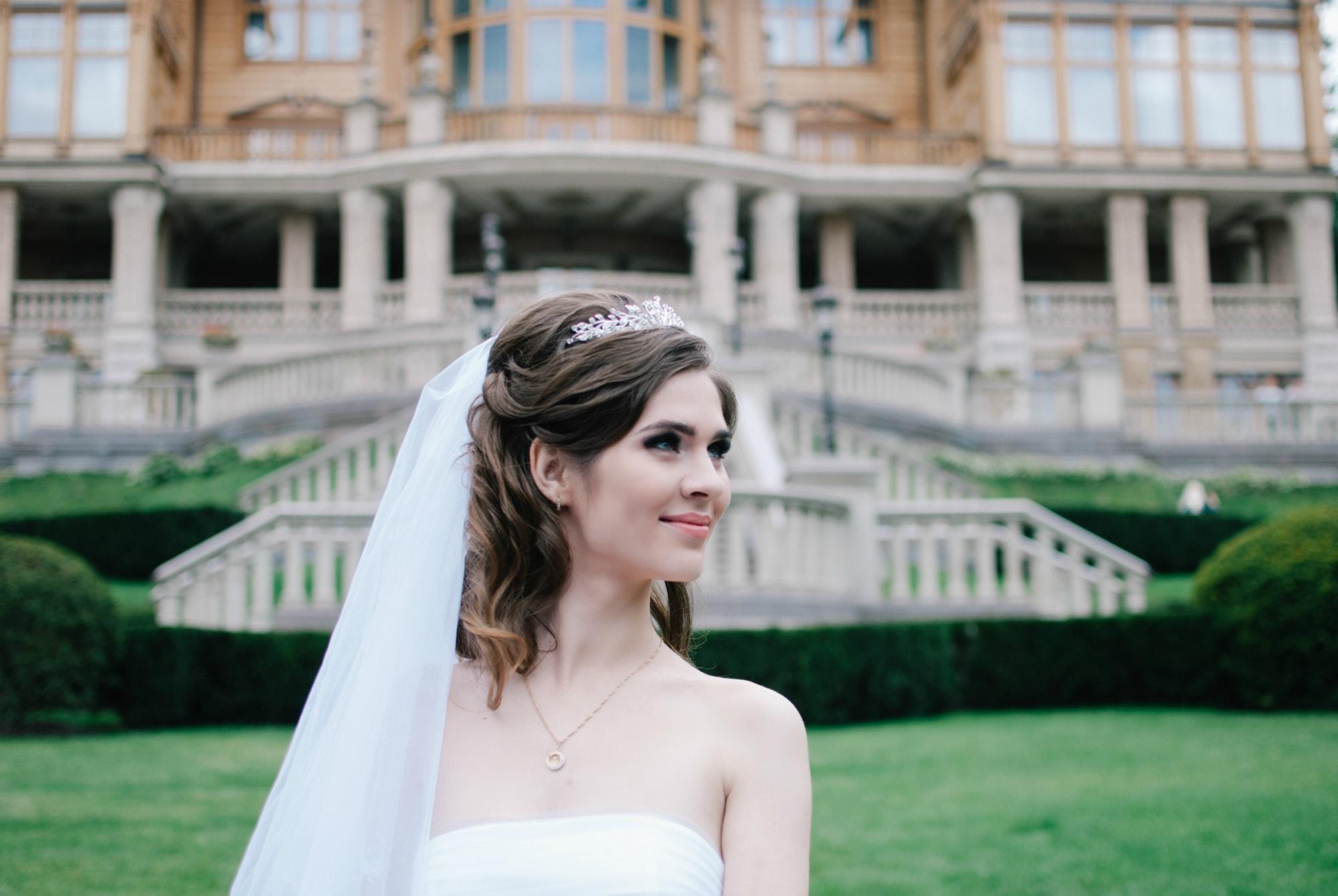 Невеста на лужайке в Межигорье - Фотограф Киев - Женя Лайт