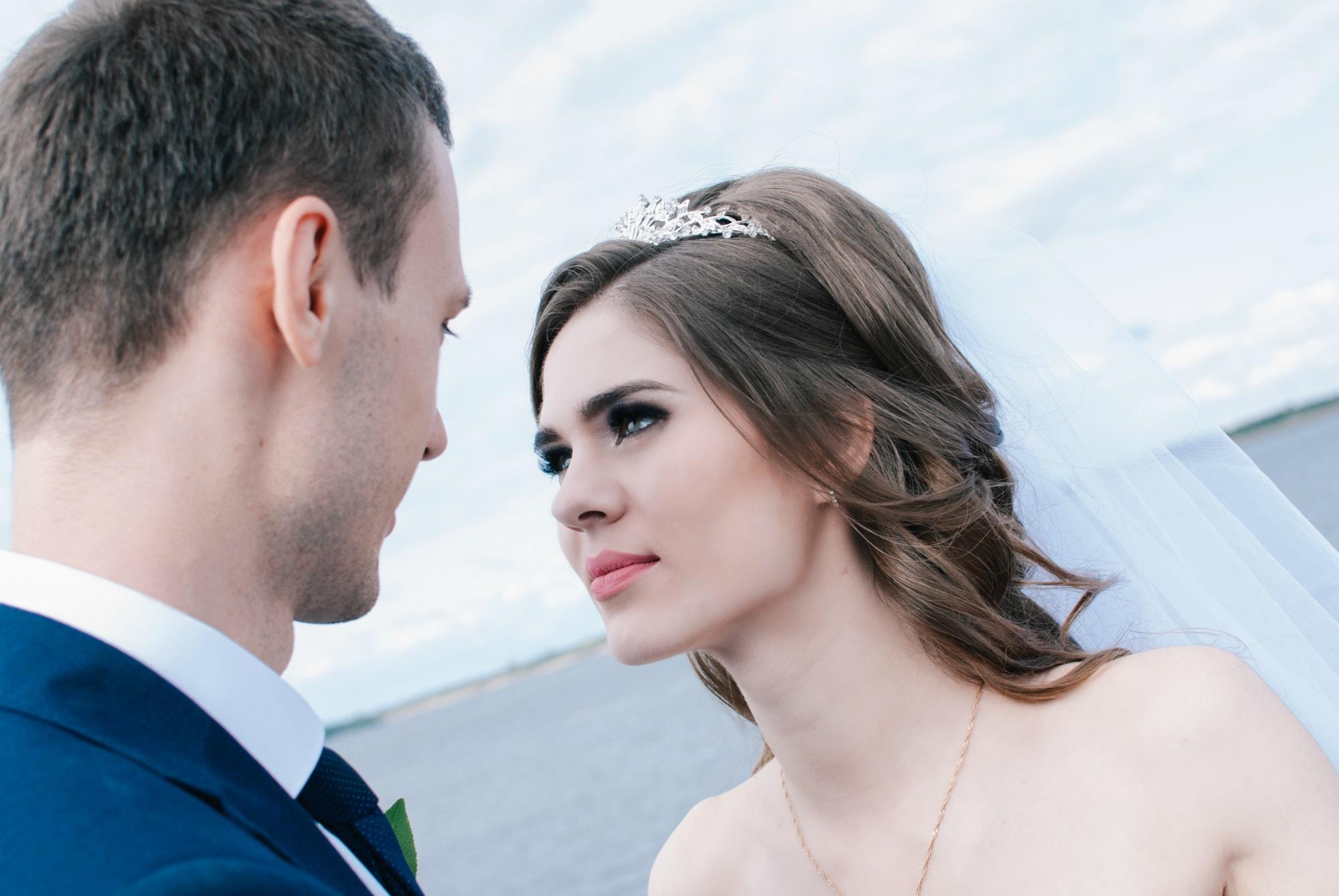 Невеста смотрит в глаза жениху - Фотограф Киев - Женя Лайт