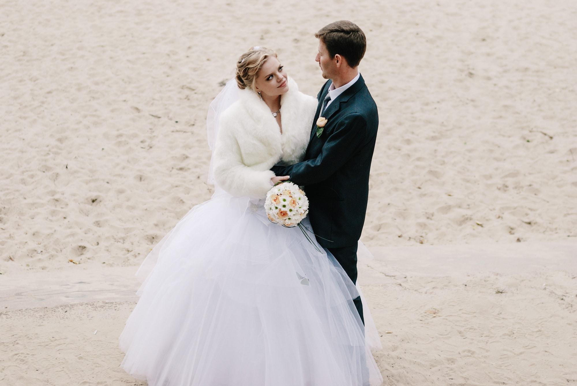 Невеста заигрывает с женихом на пляже - Фотограф Киев - Женя Лайт