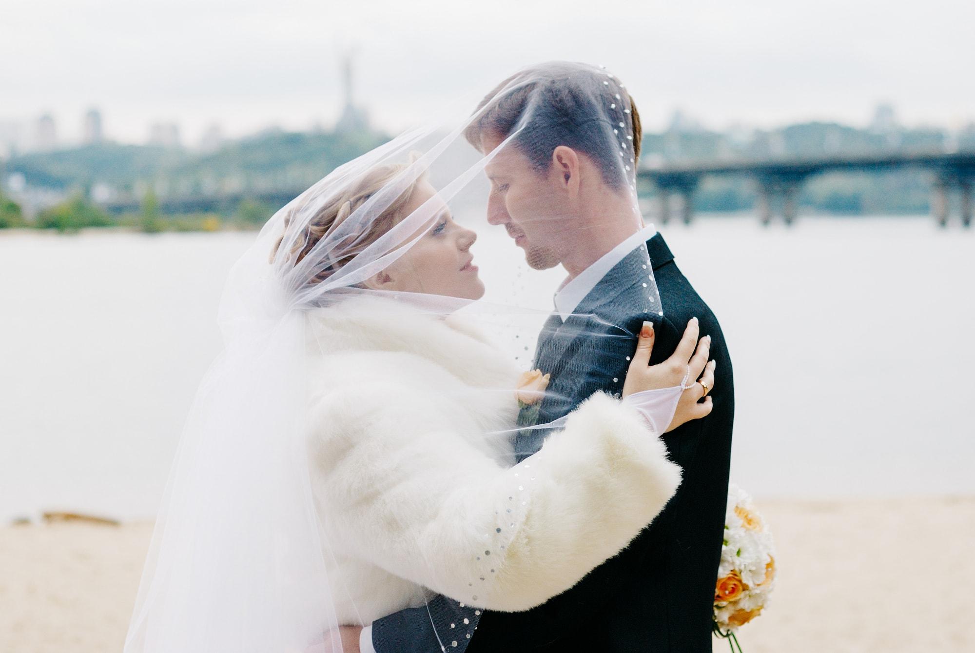 Фотография влюбленной пары на берегу реки - Фотограф Киев - Женя Лайт
