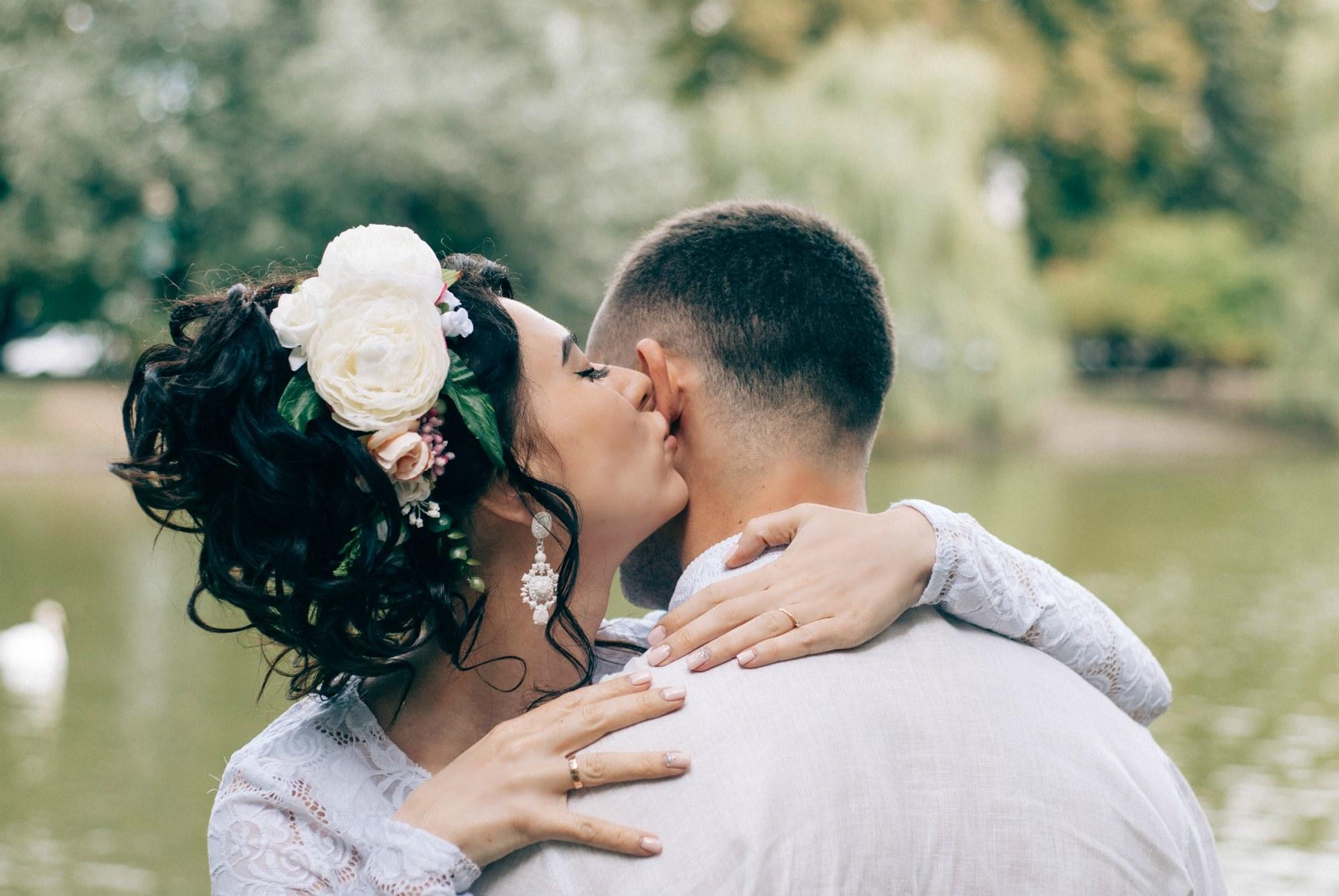 Невеста целует жениха в ухо - Фотограф Киев - Женя Лайт