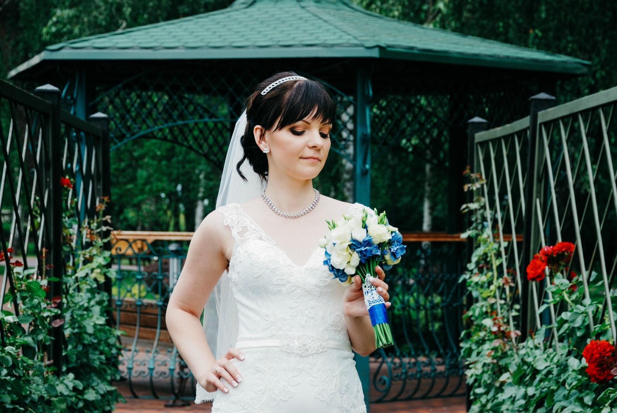 Невеста смотрит на букет - Фотограф Киев - Женя Лайт