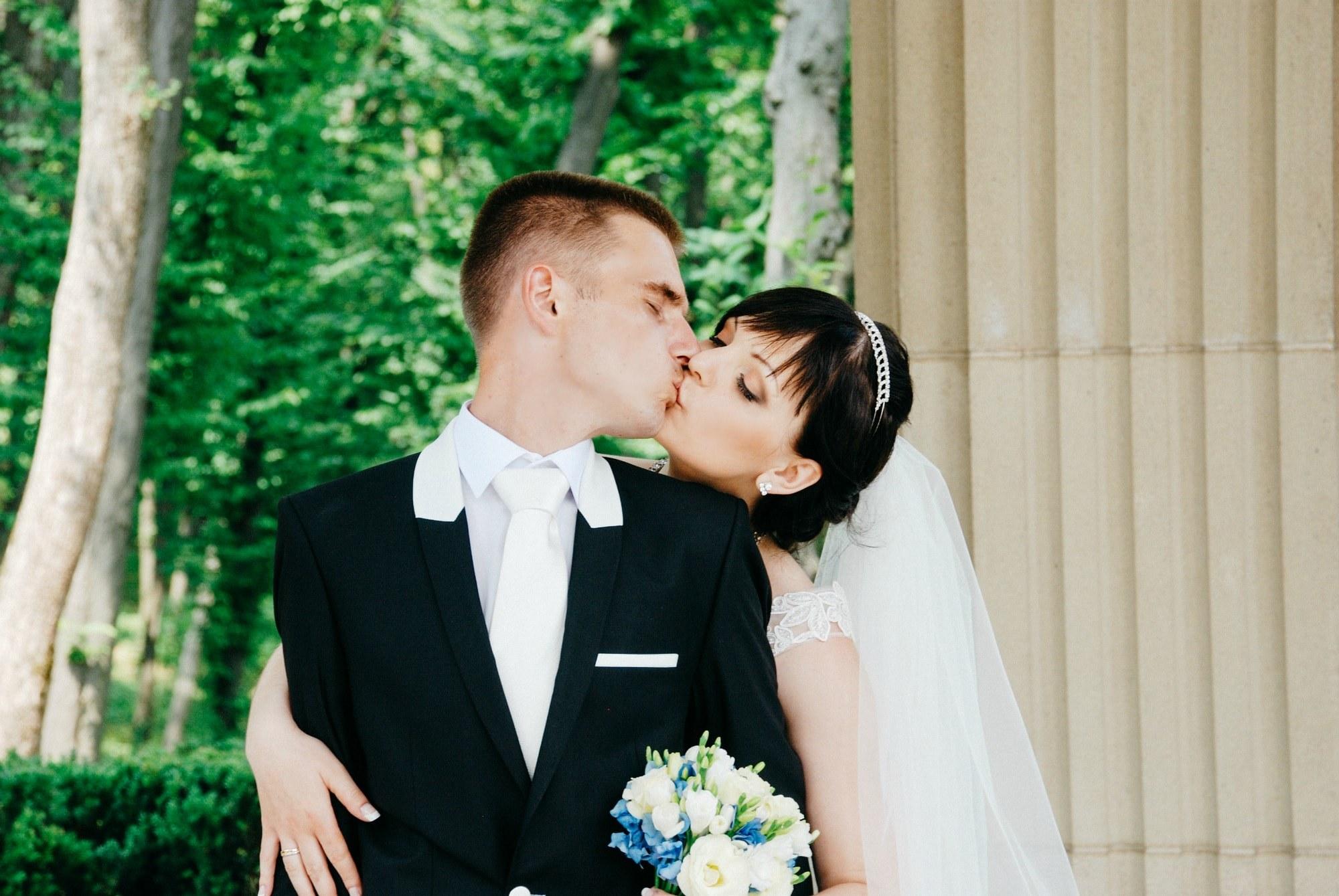 Пара целуется в парке - Фотограф Киев - Женя Лайт