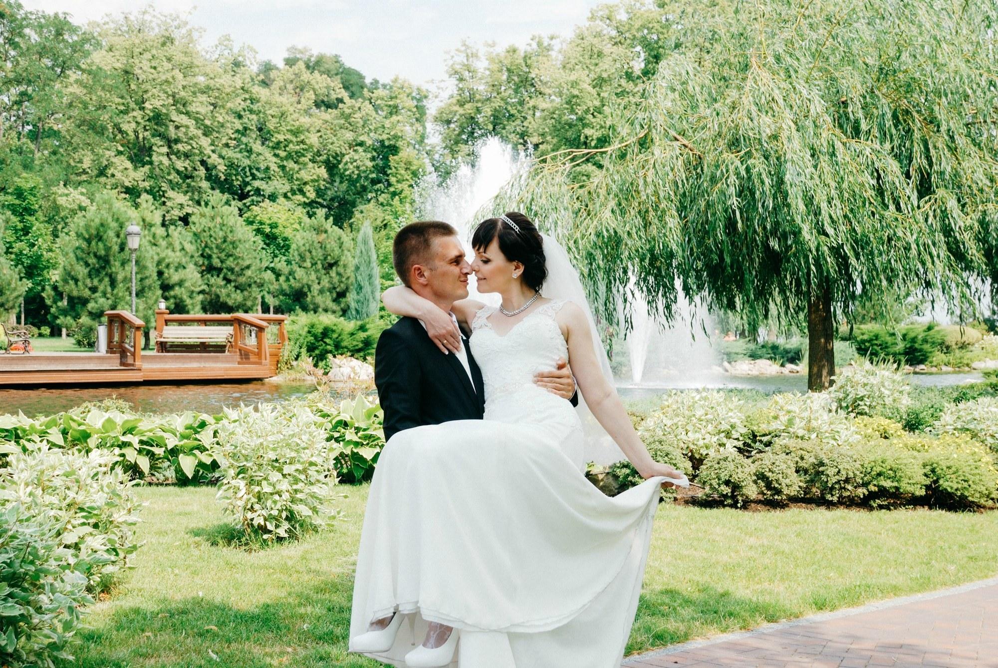 Жених кружит невесту в Межигорье - Фотограф Киев - Женя Лайт