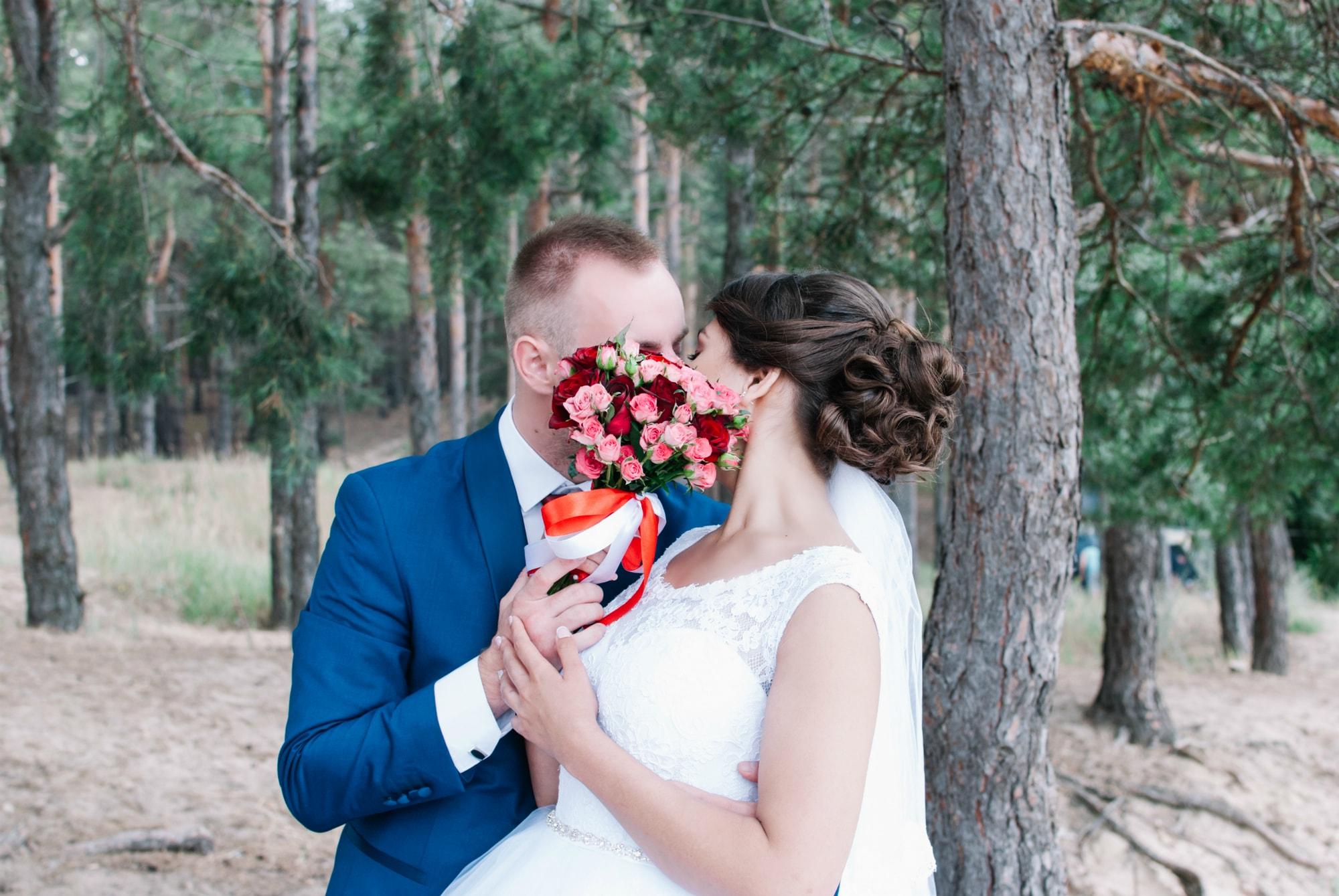 Поцелуй за букетом - Фотограф Киев - Женя Лайт