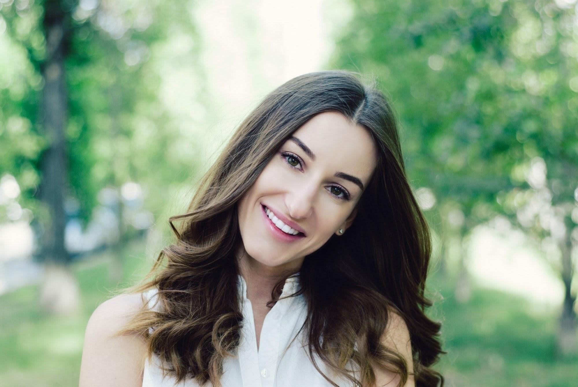 Фотосессия молодой девушки с красивой улыбкой - Фотограф Киев - Женя Лайт