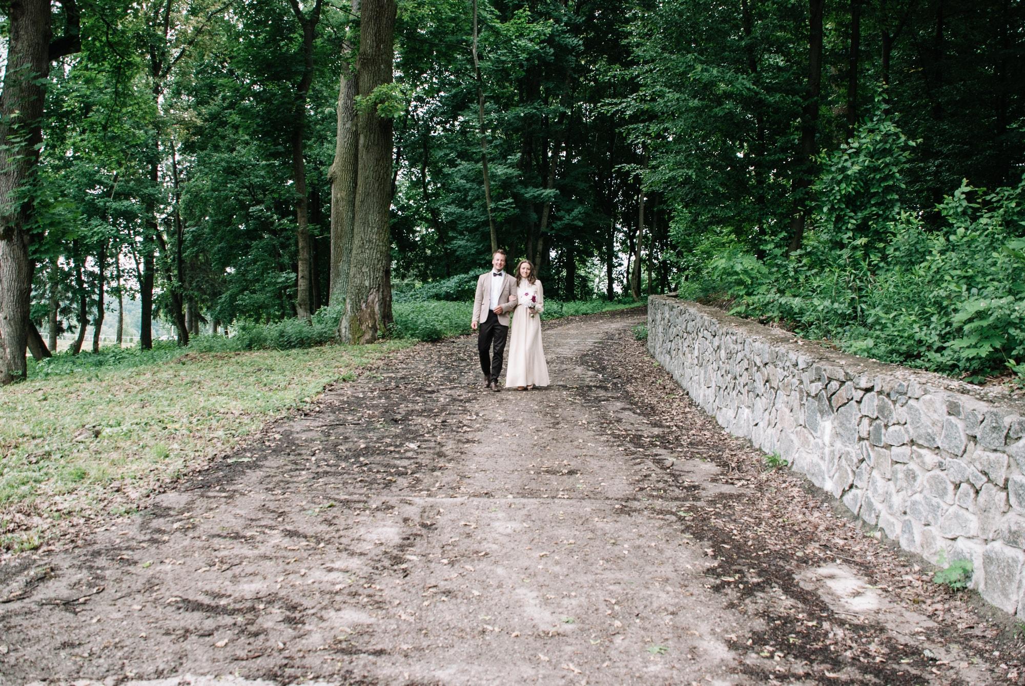 Двое гуляют в лесу - Фотограф Киев - Женя Лайт