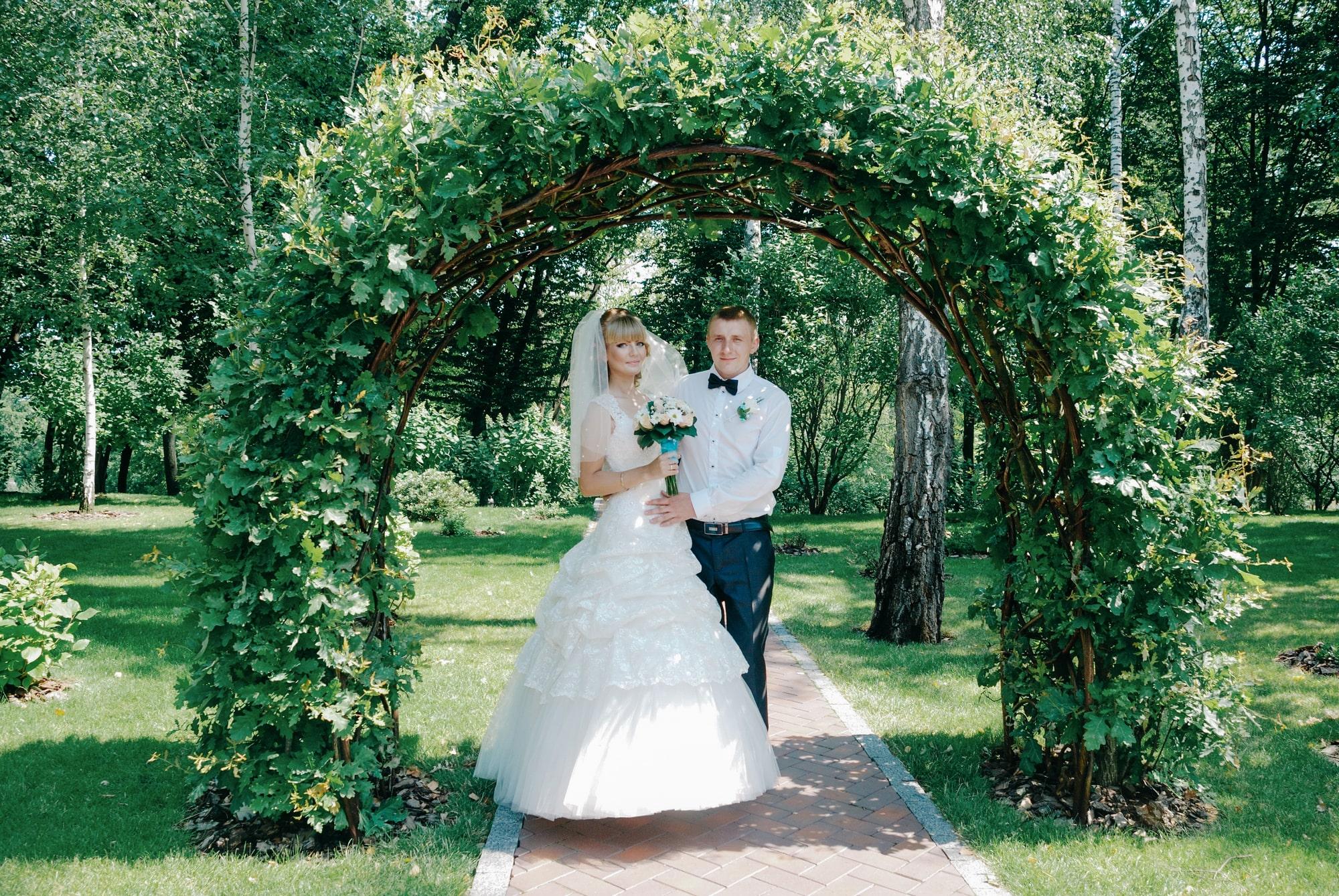 Невеста и жених под зеленой аркой - Фотограф Киев - Женя Лайт