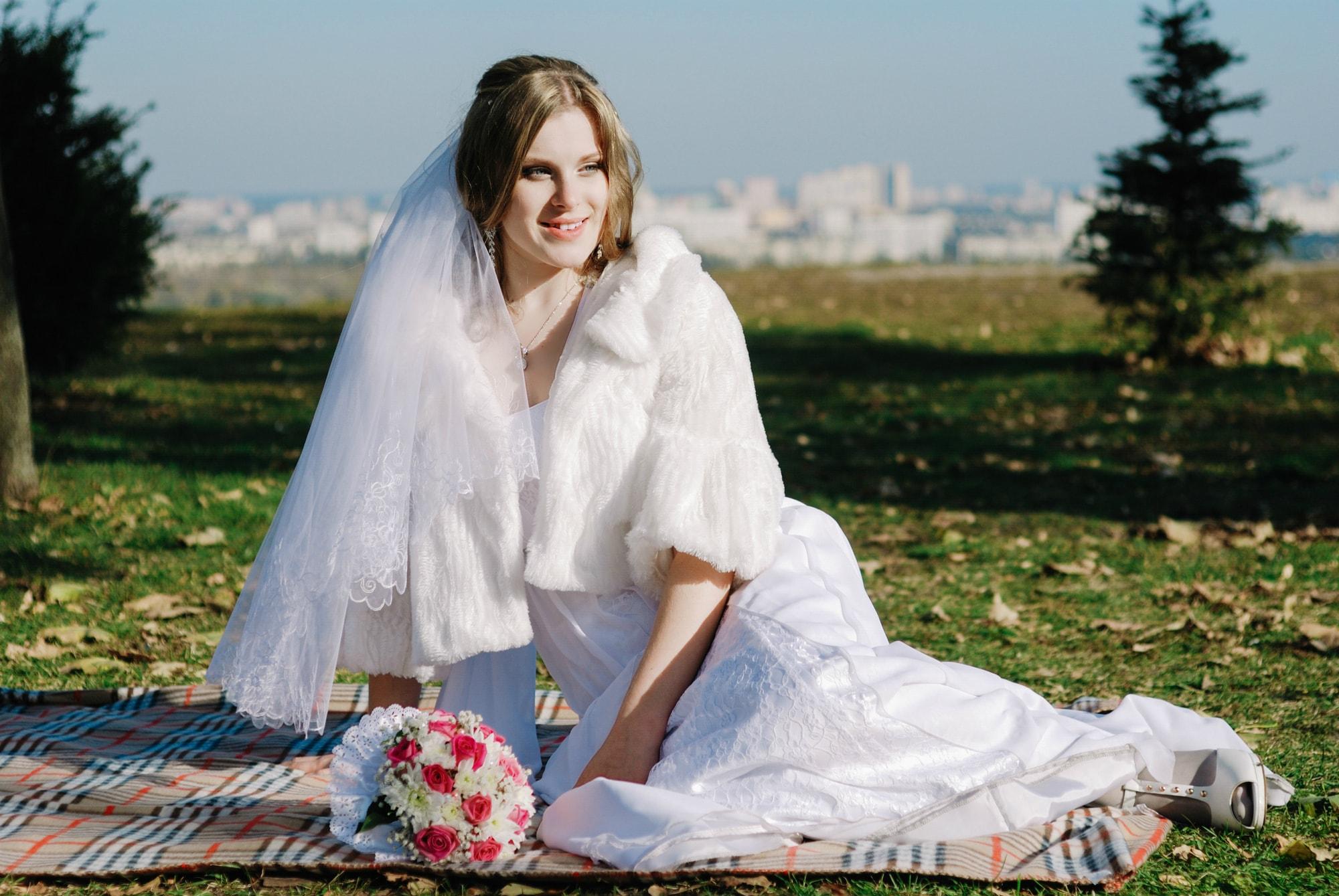 Невеста отдыхает на пледе - Фотограф Киев - Женя Лайт