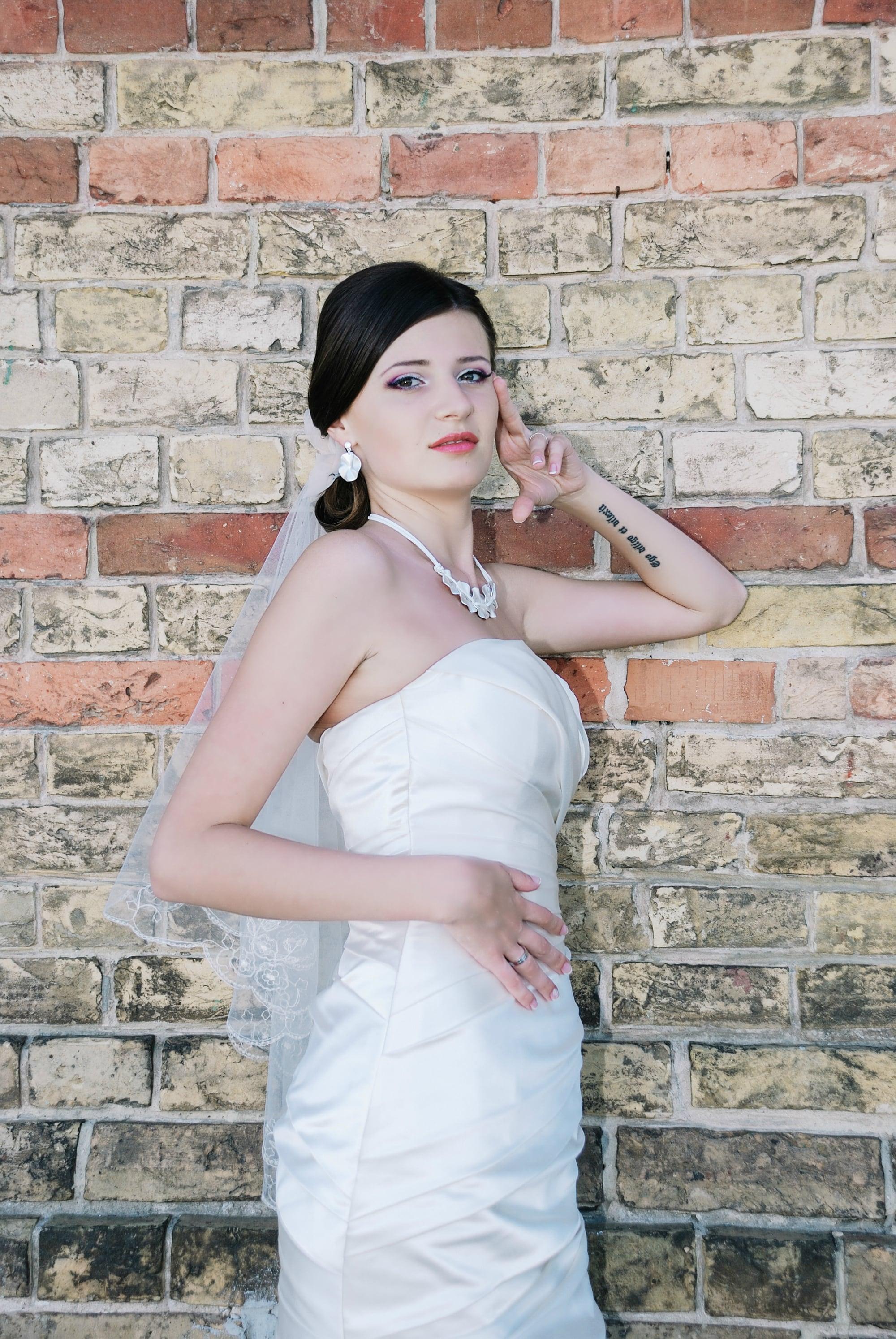Невеста с татуировкой возле стены - Фотограф Киев - Женя Лайт