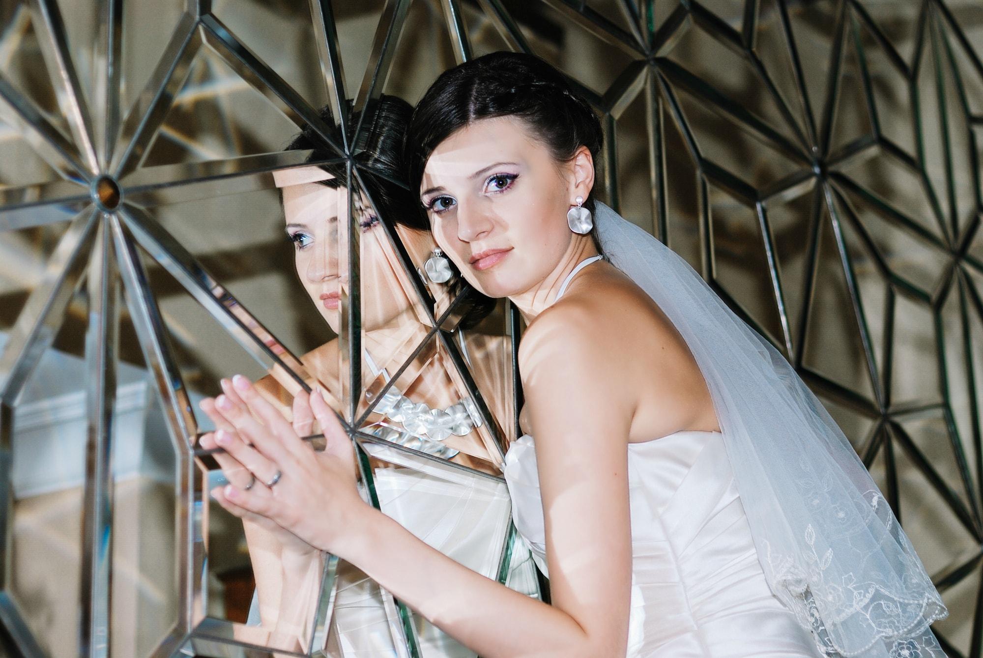 Невеста возле зеркальной стены - Фотограф Киев - Женя Лайт