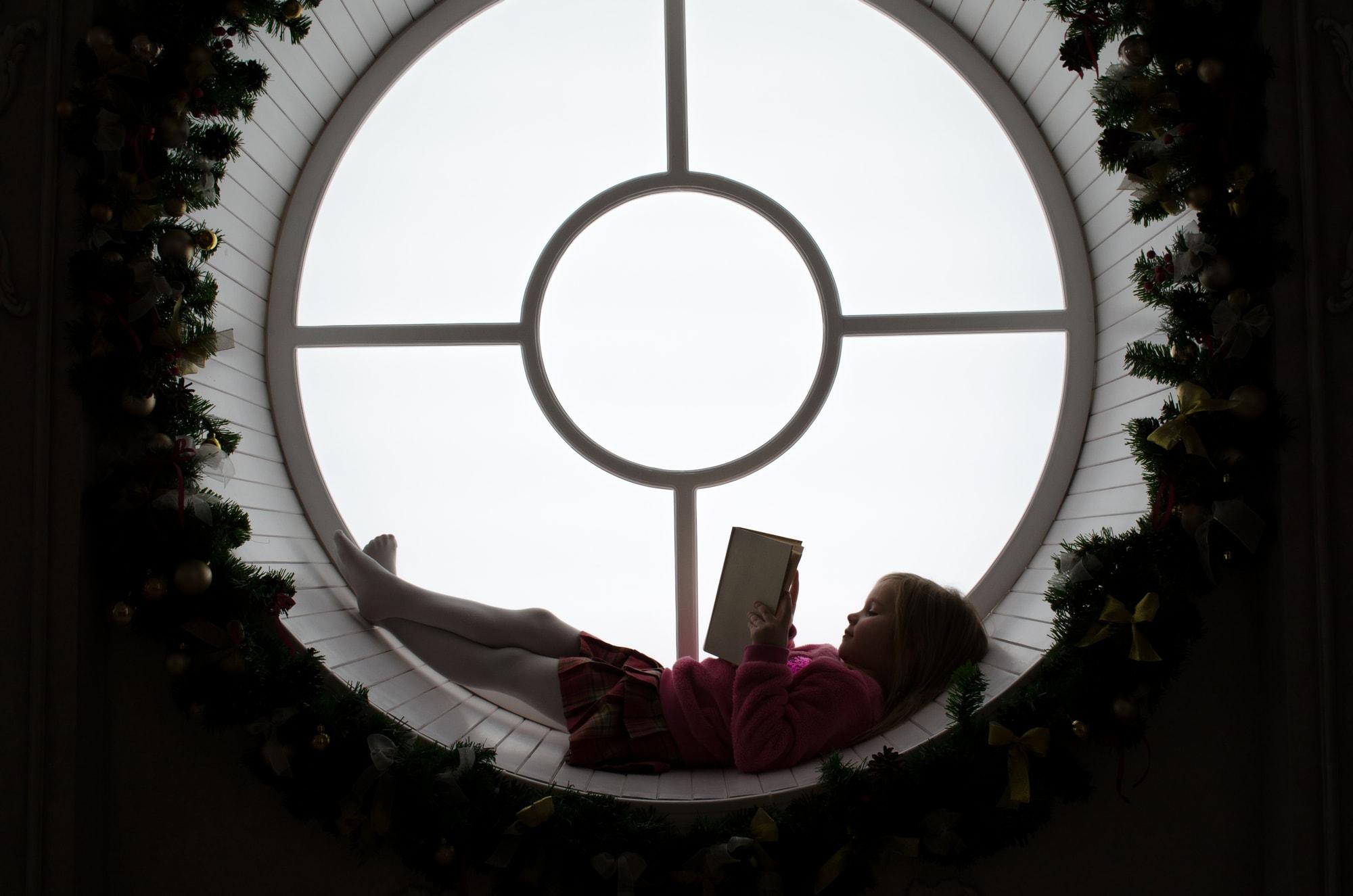 Фотосессия девочки с книгой