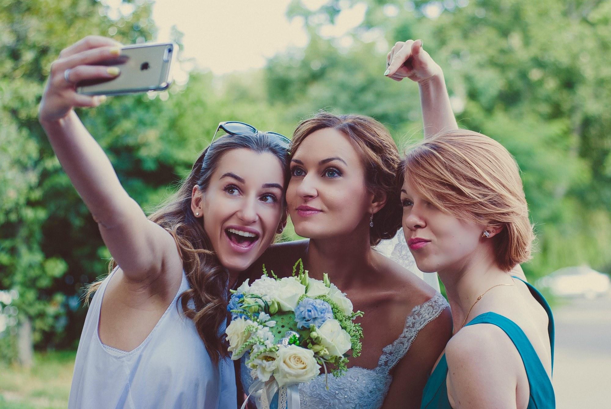 Невеста и подружки делают селфи - Фотограф Киев - Женя Лайт