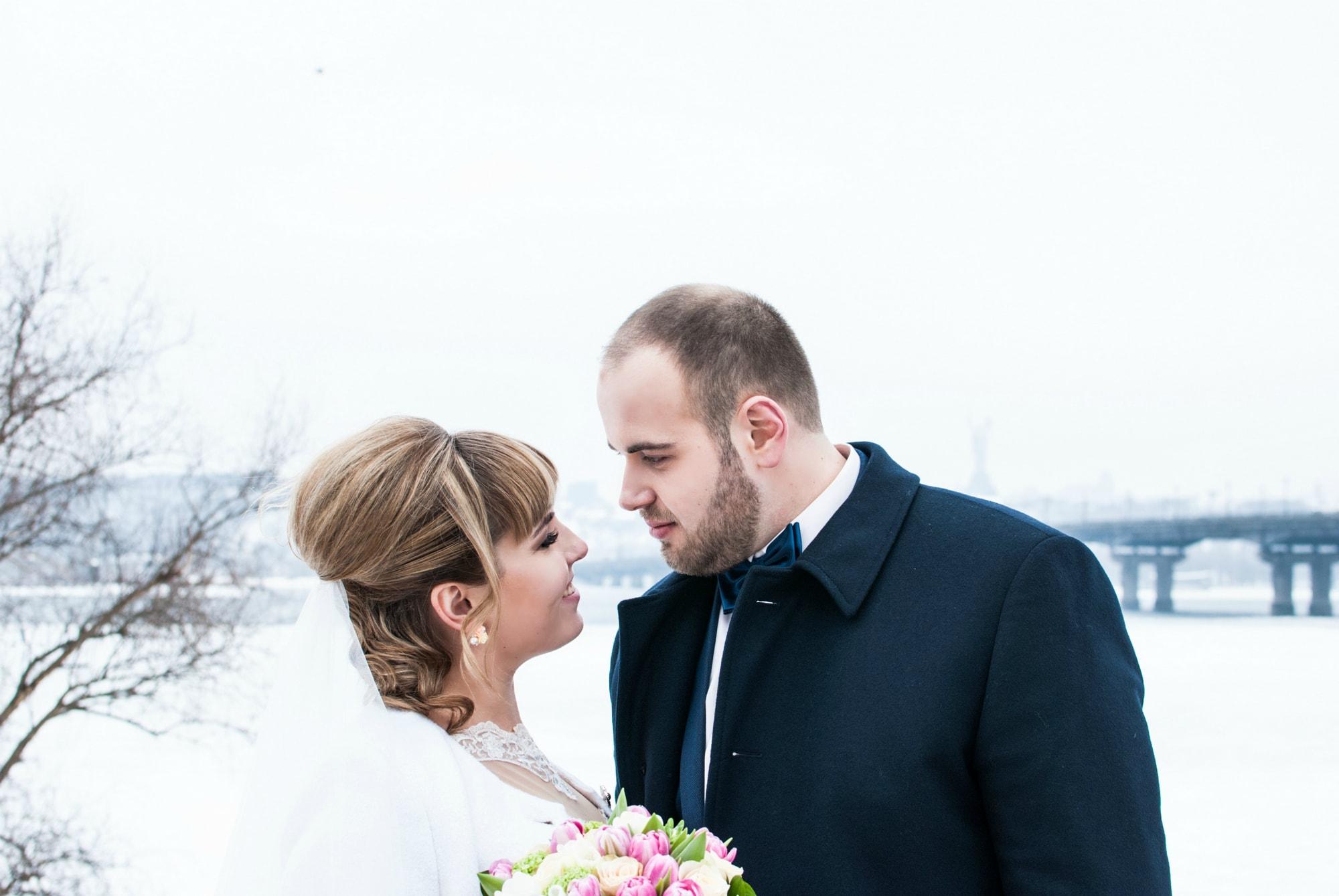 Фото невесты изучающей жениха - Фотограф Киев - Женя Лайт