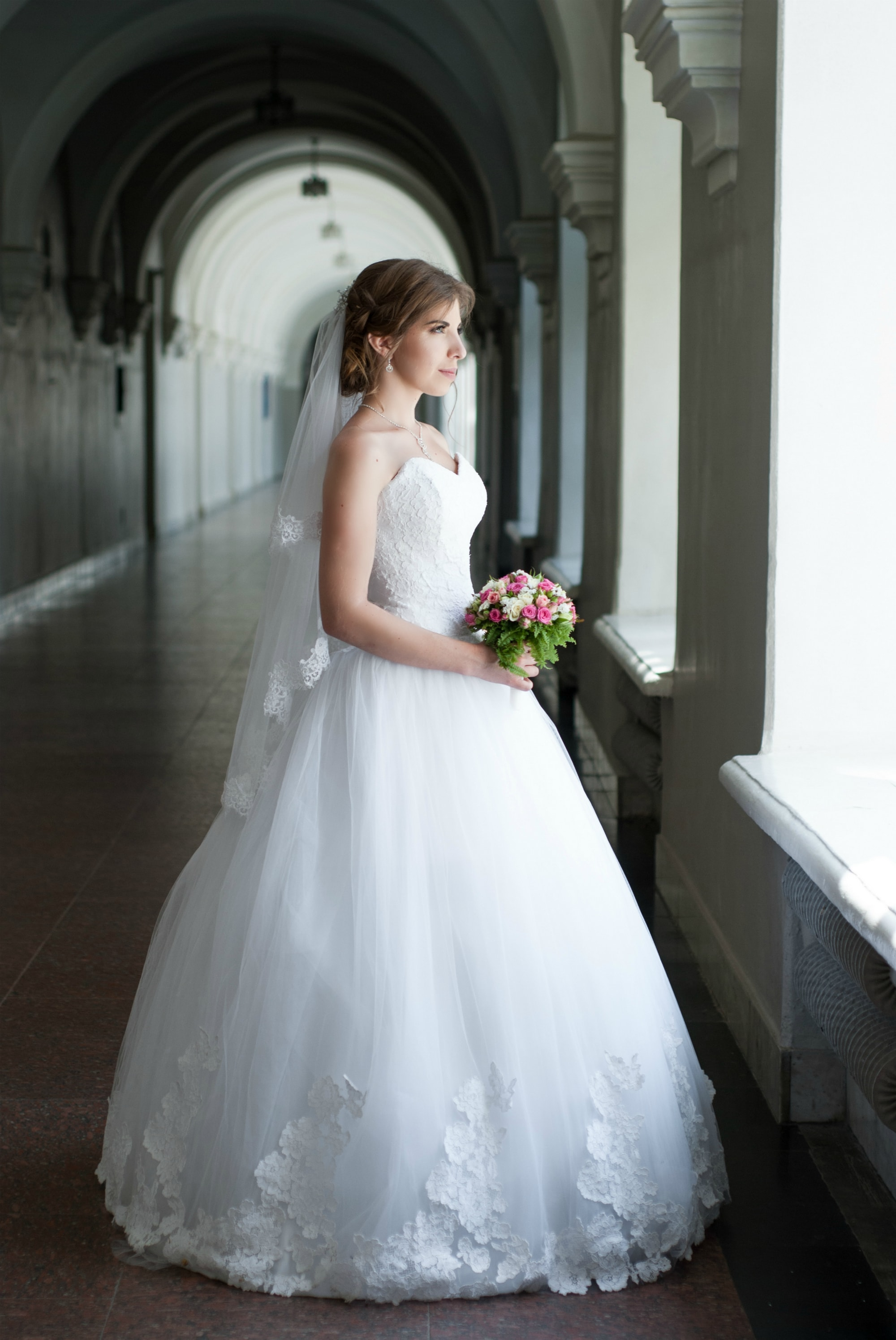 Фото невесты смотрящей в окно - Фотограф Киев - Женя Лайт