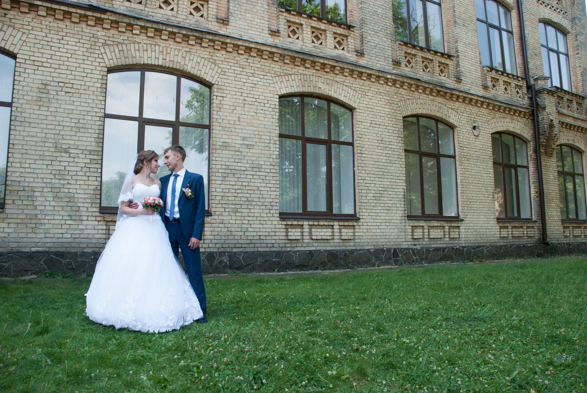 Фотография пары возле университета - Фотограф Киев - Женя Лайт