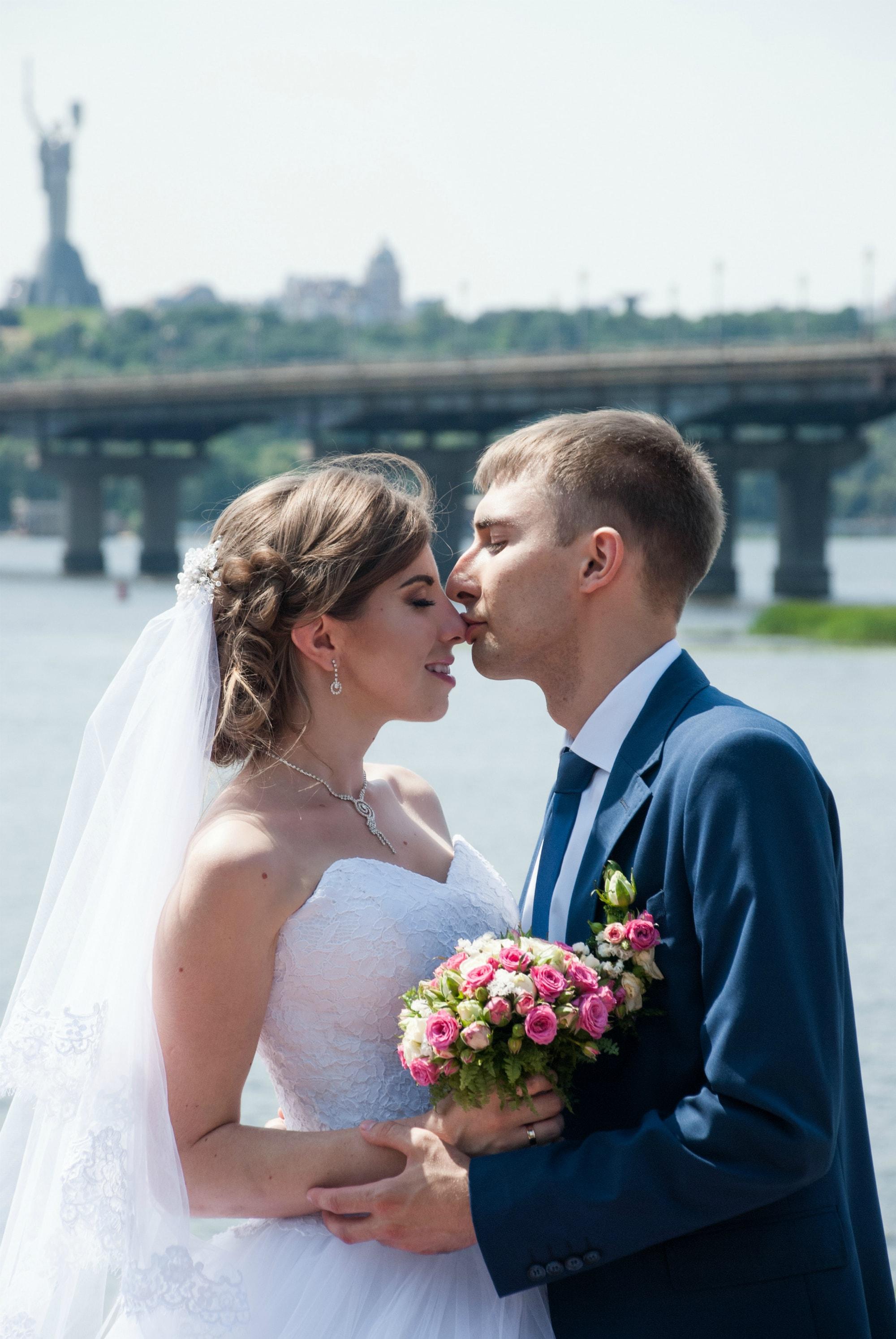Жених целует в носик - Фотограф Киев - Женя Лайт
