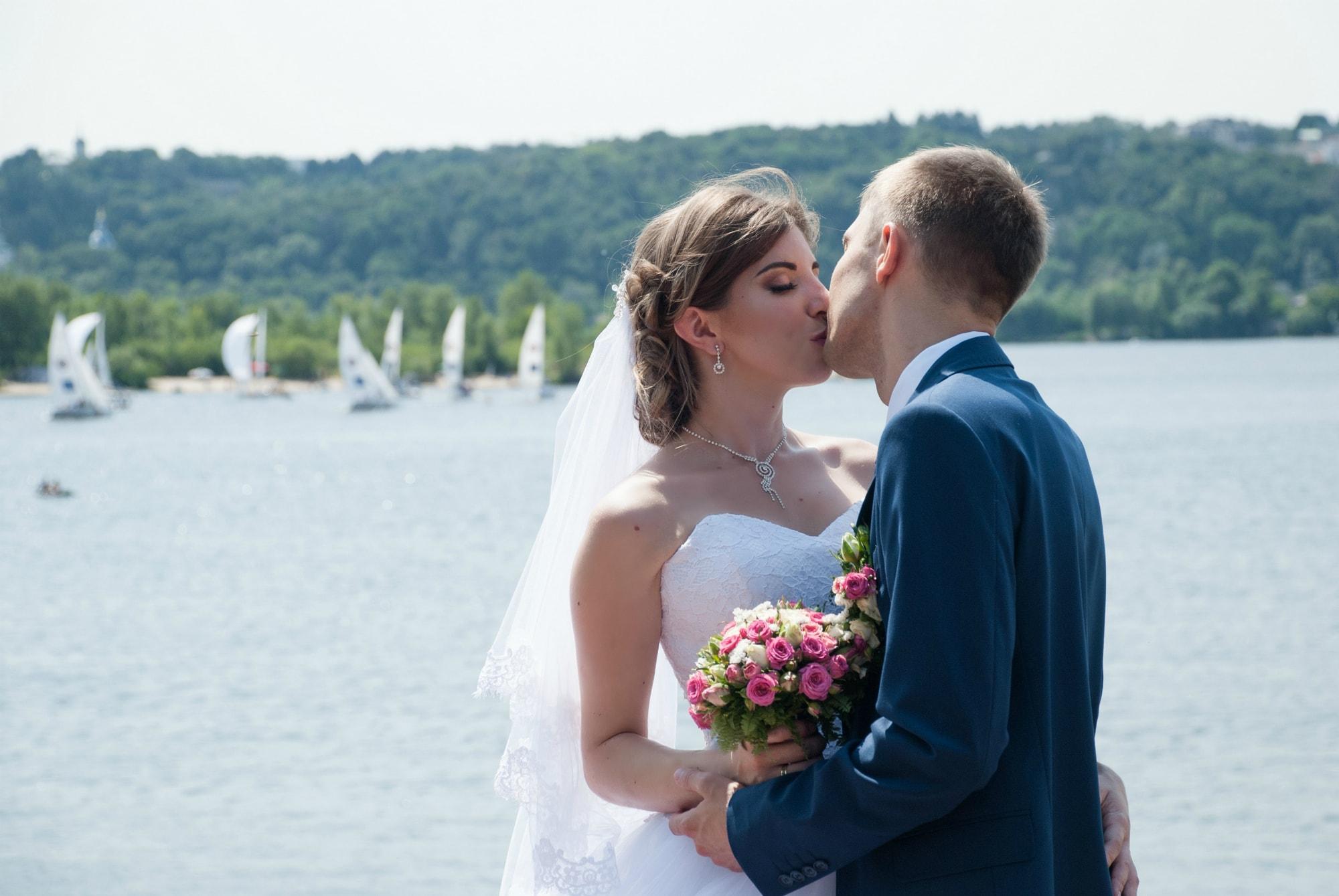 Нежный поцелуй возле Днепра - Фотограф Киев - Женя Лайт