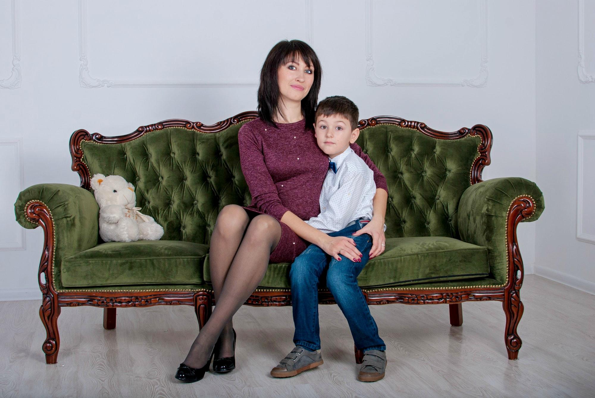 Семейная фотосессия мамы с сыном в фотостудии