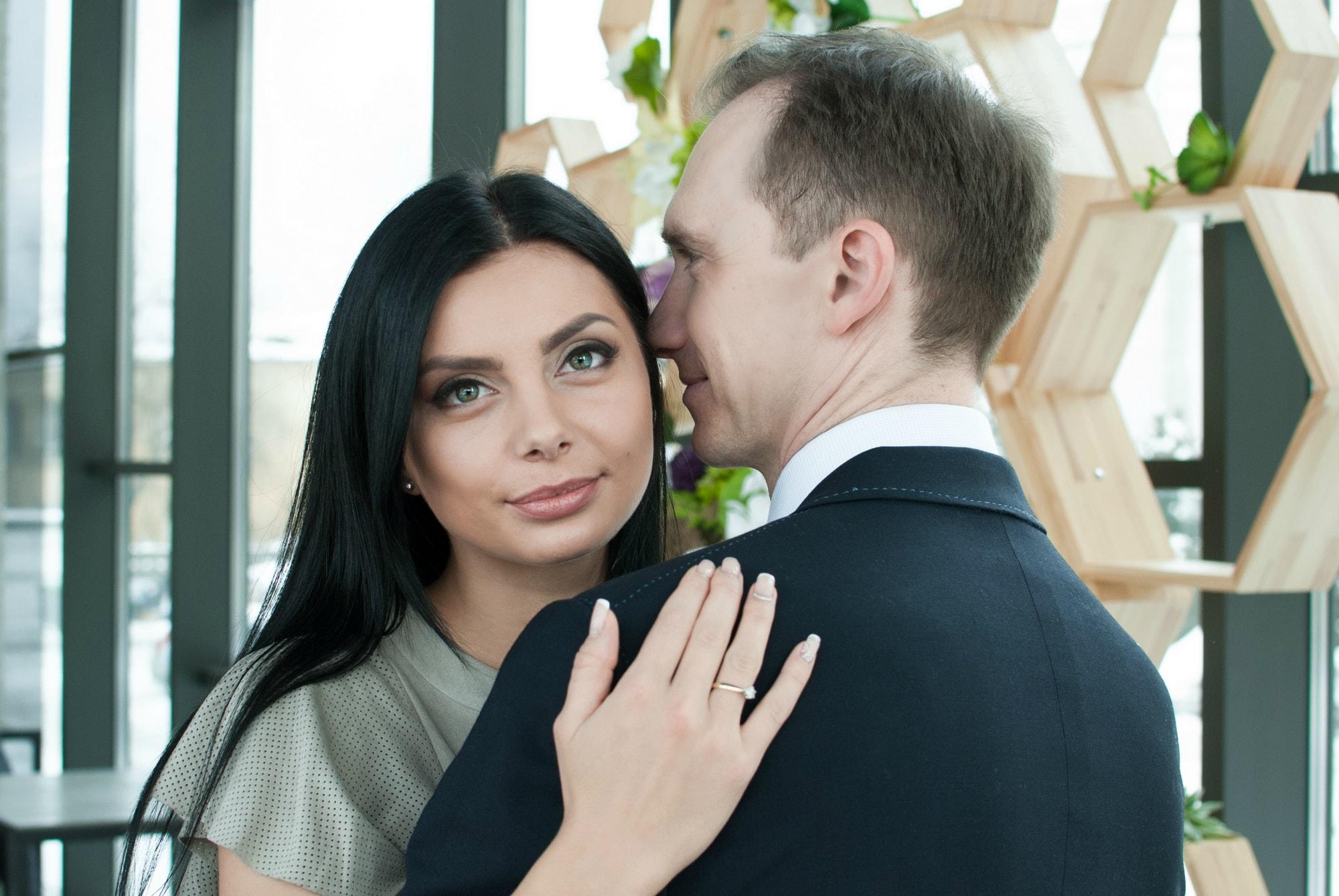 Нежная невеста обнимает жениха - Фотограф Киев - Женя Лайт