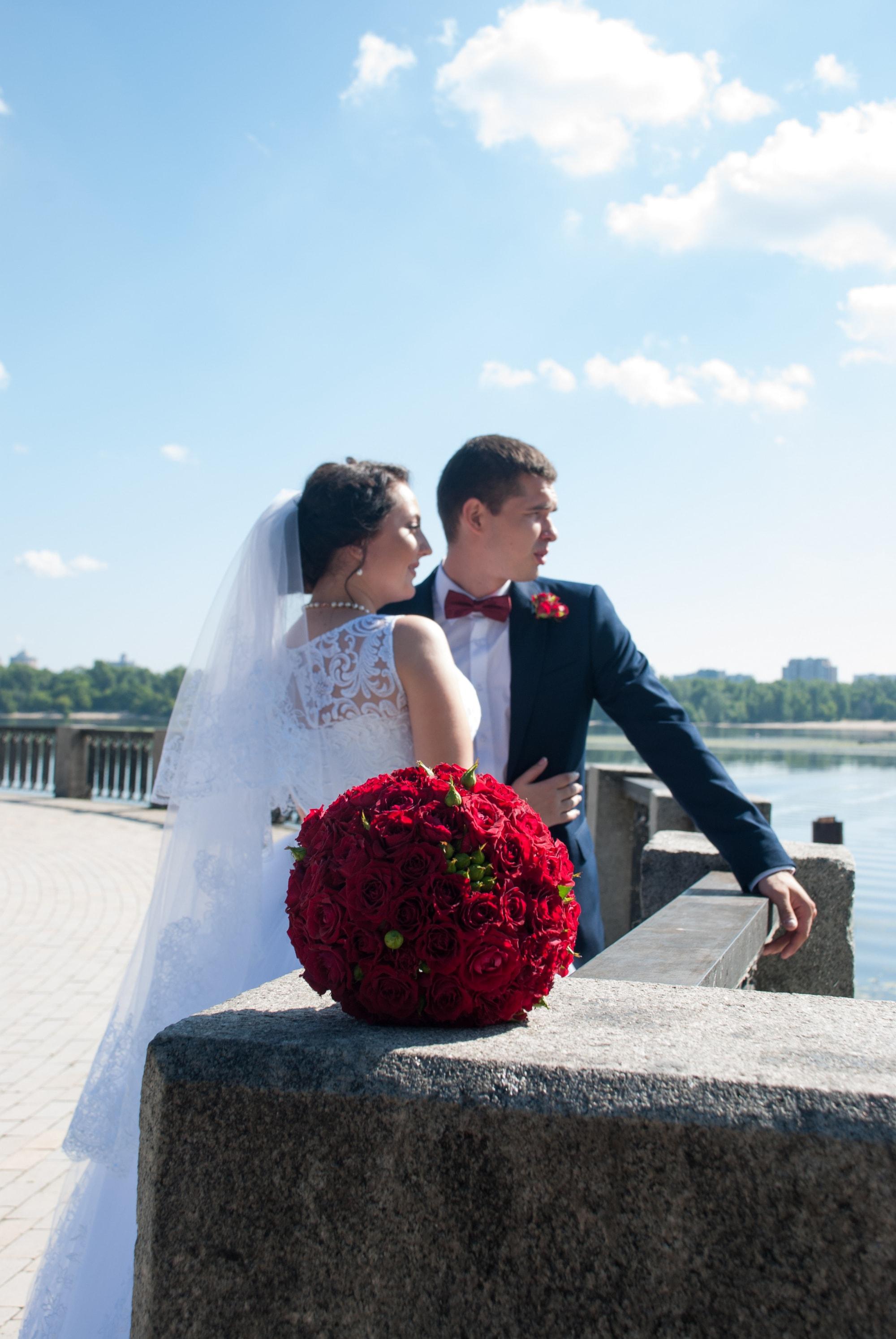 Пара смотрит вдаль возле реки - Фотограф Киев - Женя Лайт