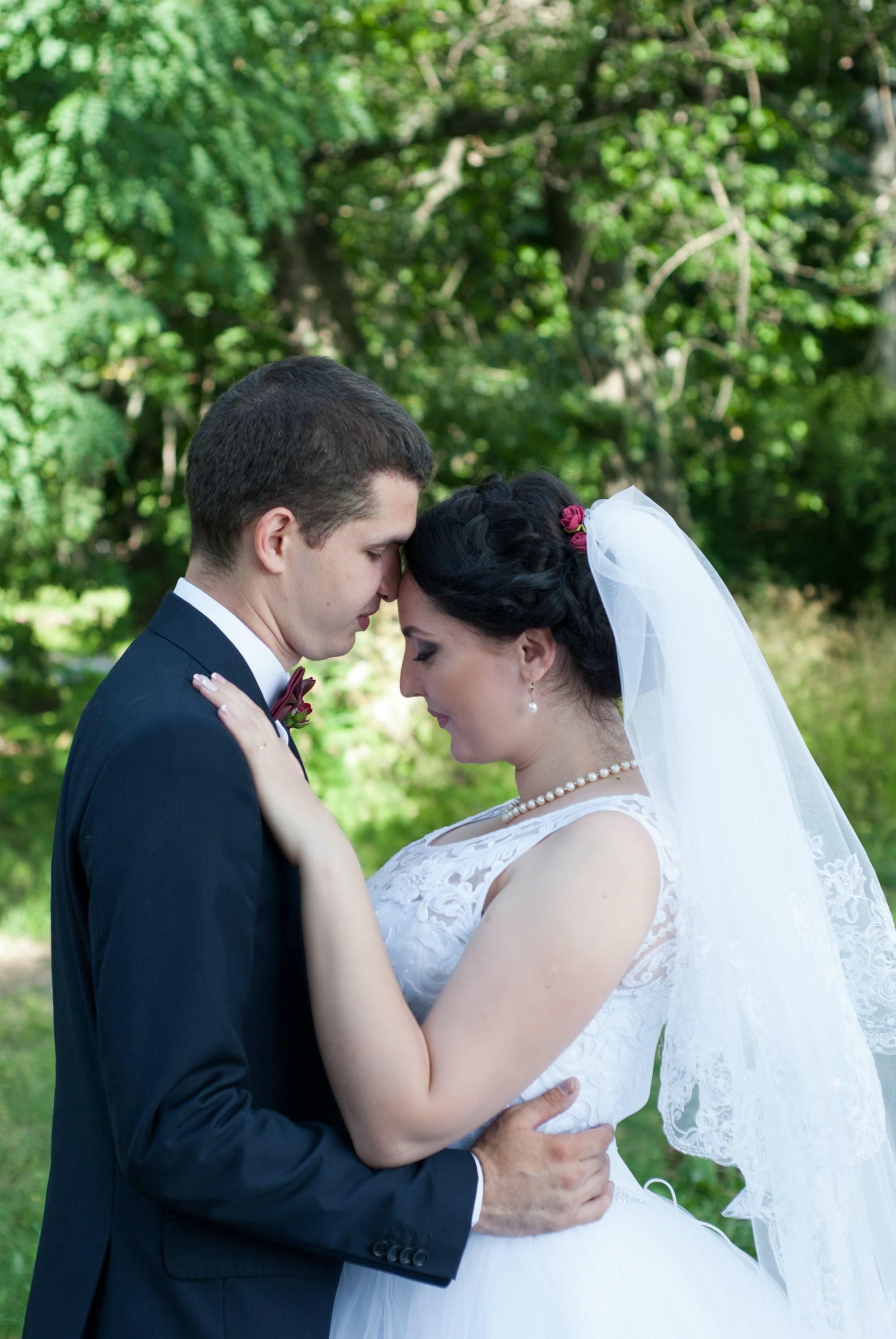 Обнимая невесту нежно - Фотограф Киев - Женя Лайт
