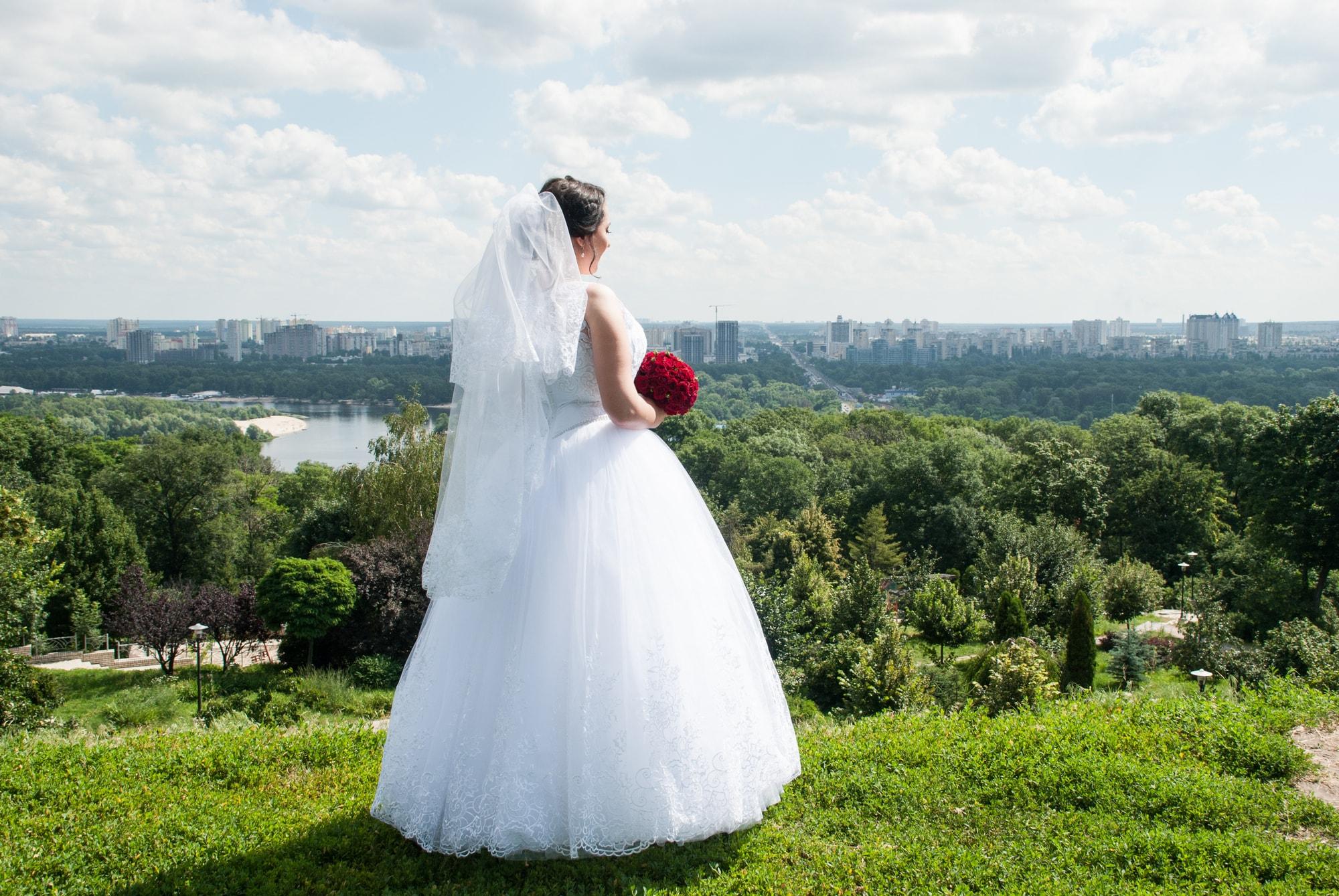 Невеста смотрит вдаль. Киев - Фотограф - Женя Лайт