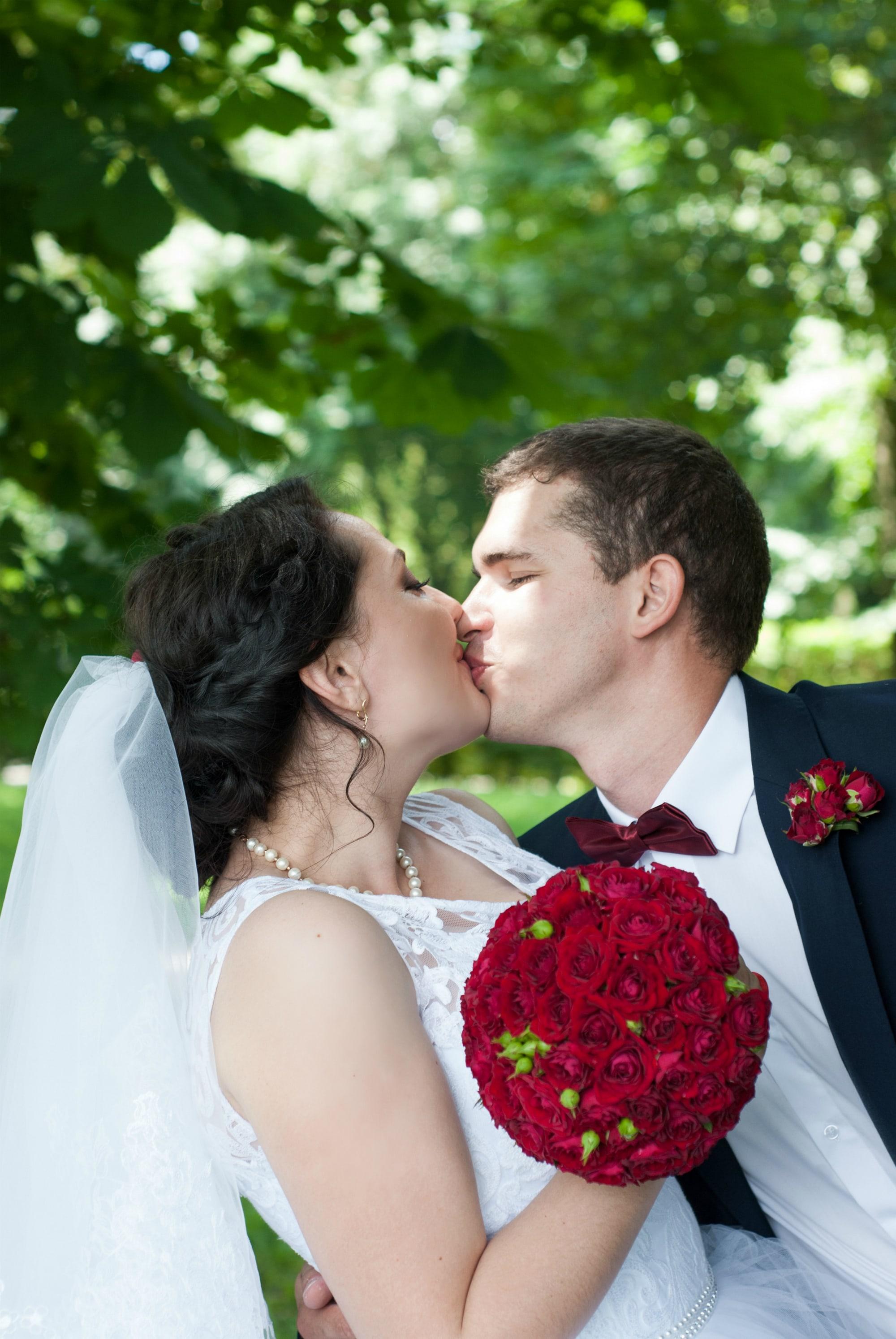 Жених целует невесту с букетом - Фотограф Киев - Женя Лайт