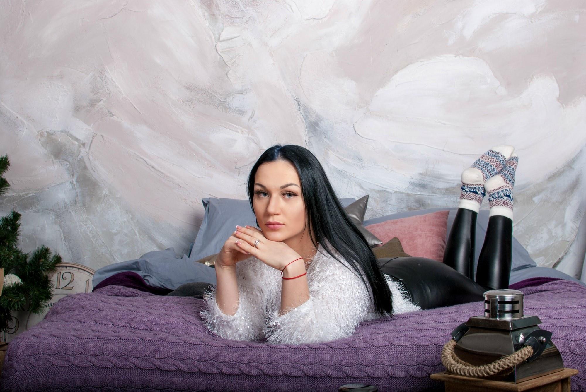 Девушка вальяжно лежит на кровати - Фотограф Киев - Женя Лайт