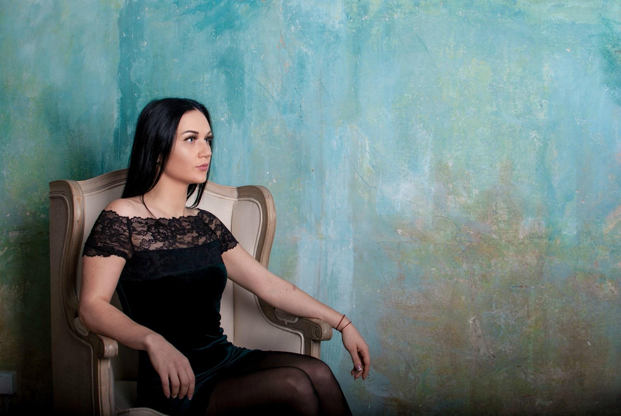Мечтательная поза на фотосессии - Фотограф Киев - Женя Лайт