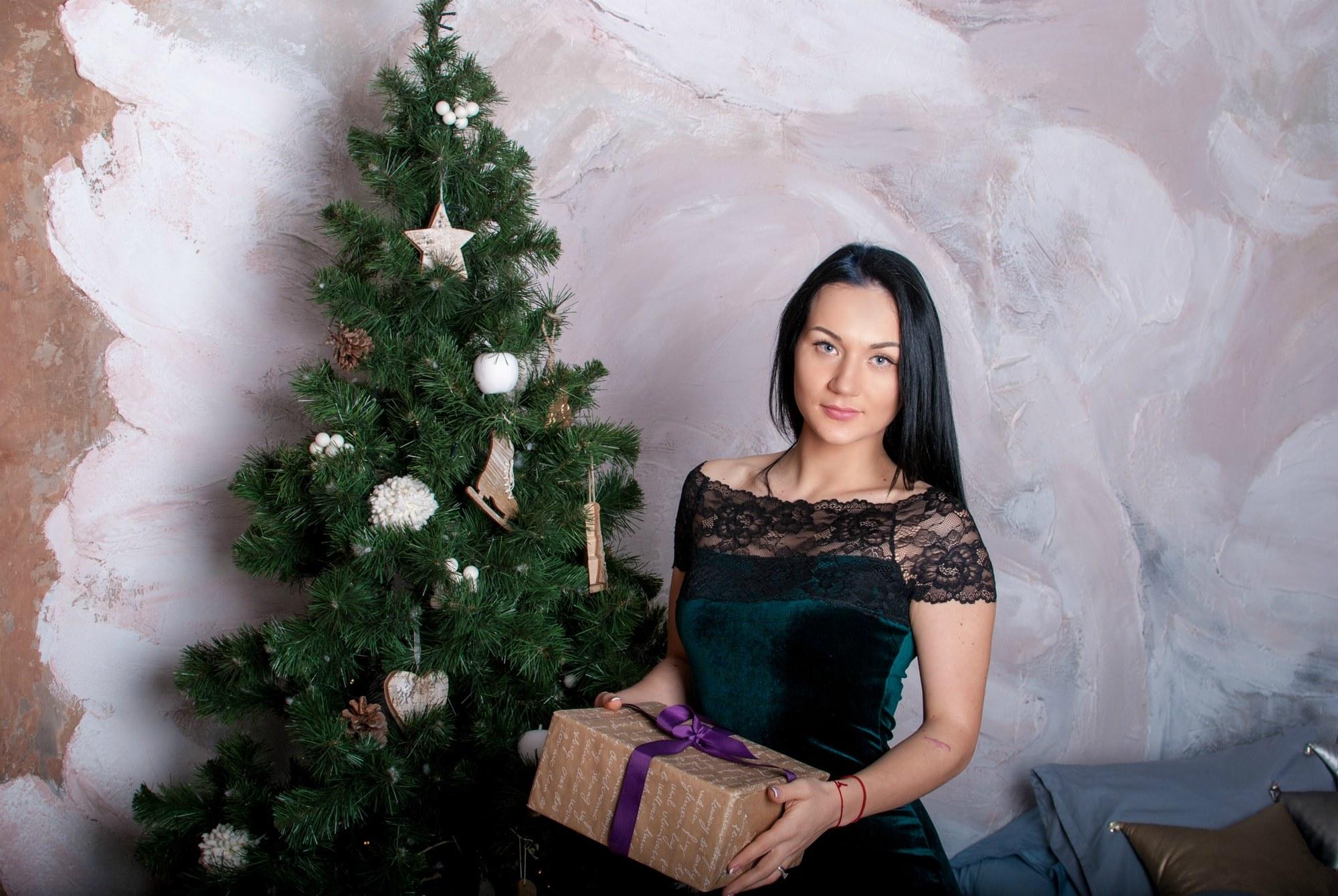 Девушка с подарком возле елки - Фотограф Киев - Женя Лайт