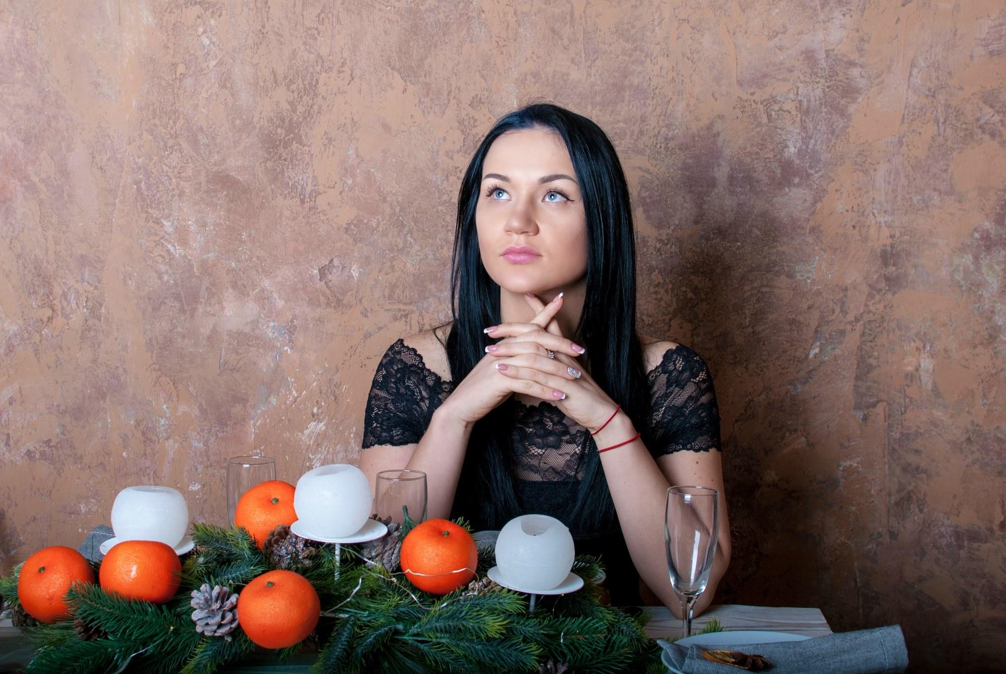Задумчивая девушка за столом - Фотограф Киев - Женя Лайт