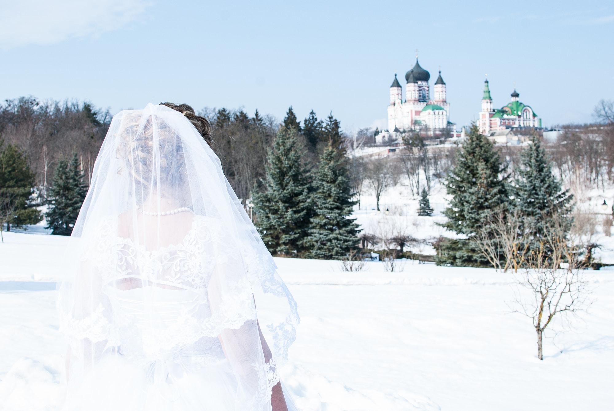 Невеста смотрит на церковь вдали - Фотограф Женя Лайт
