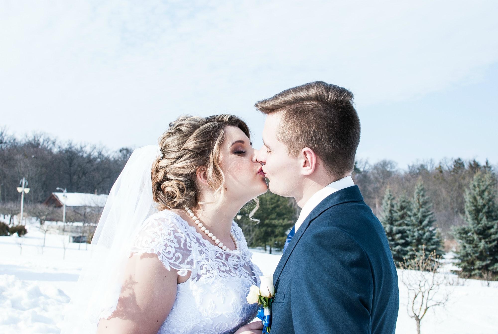 Фото нежного поцелую молодых людей - Фотограф Женя Лайт