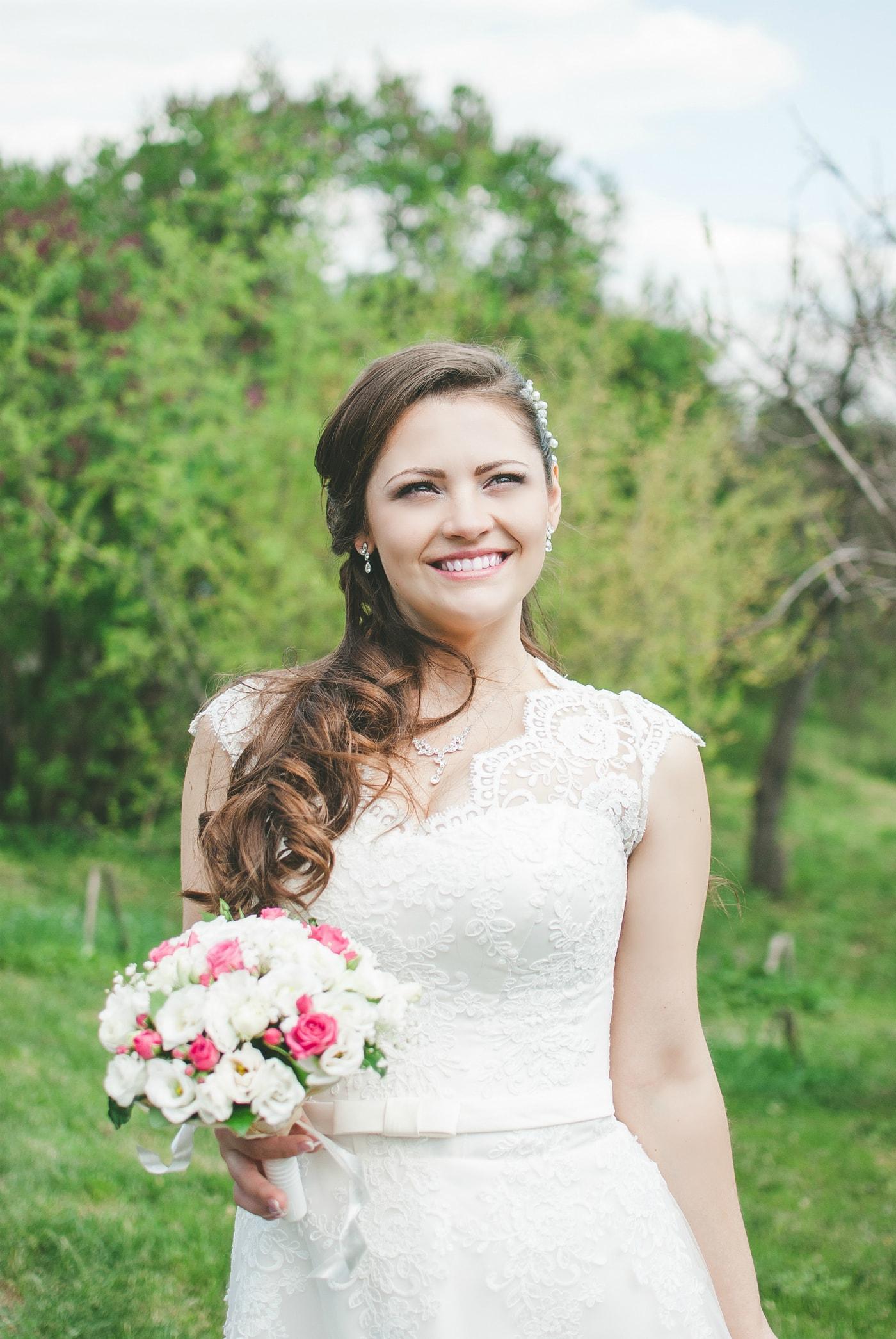 Счастливая невеста в ботсаду - фотограф Женя Лайт