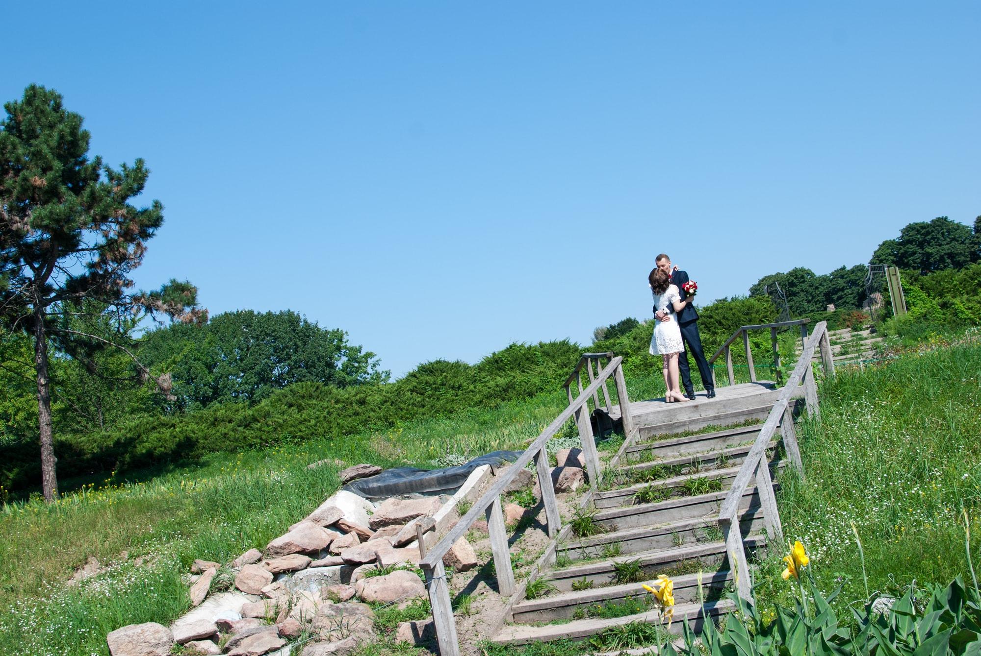 Летняя свадебная фотосессия в Ботаническом саду