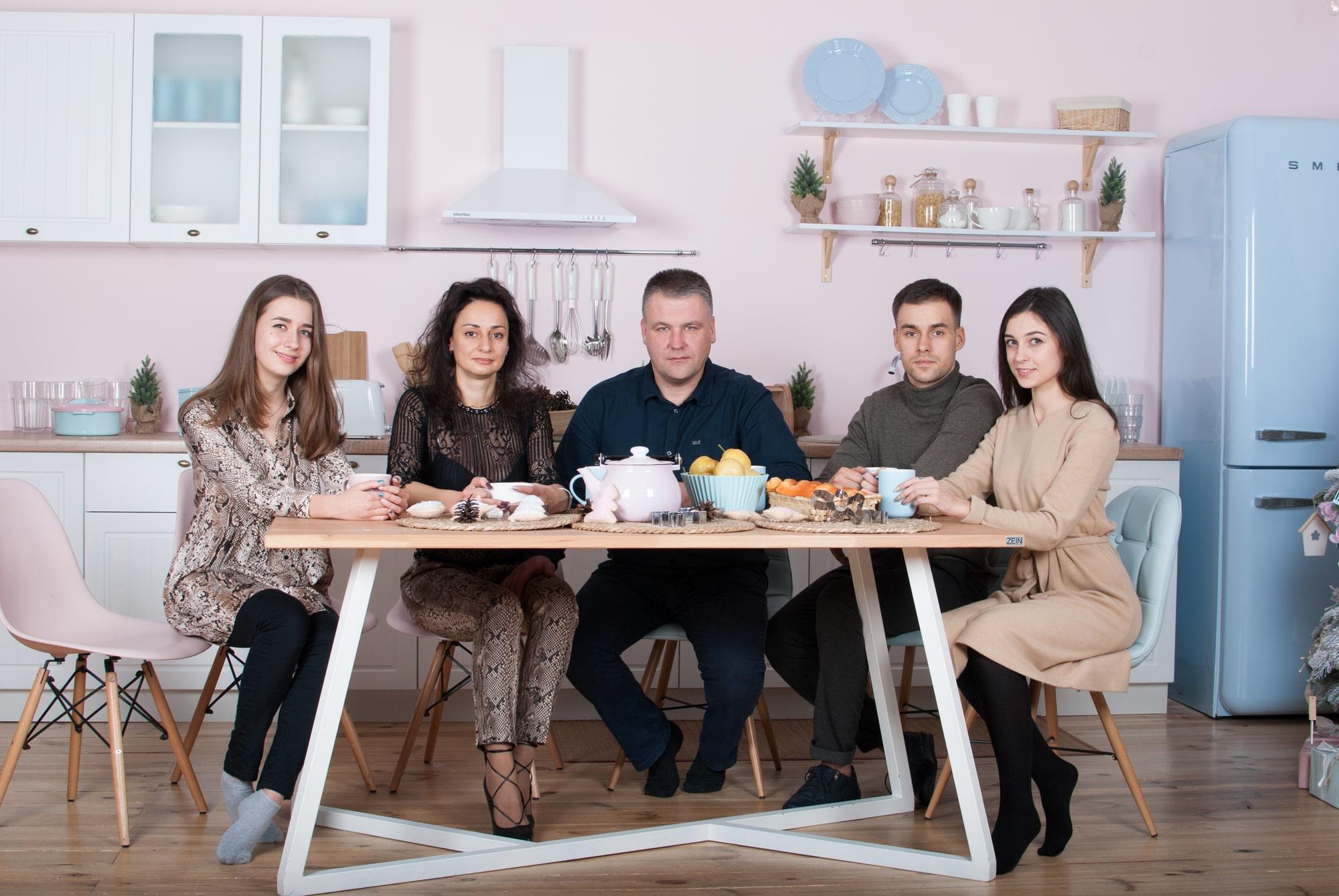 Фотосессия большой и дружной семьи в студии Play