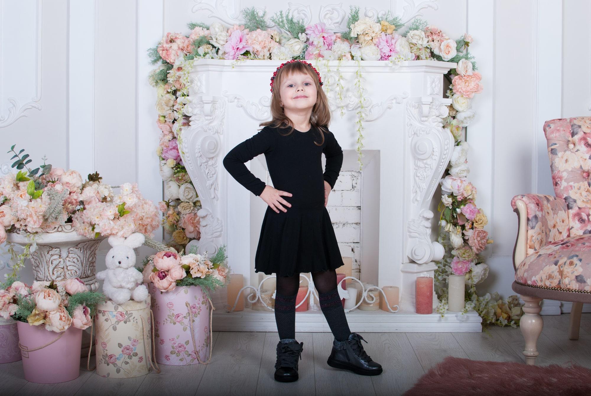 Девочка в черном платье